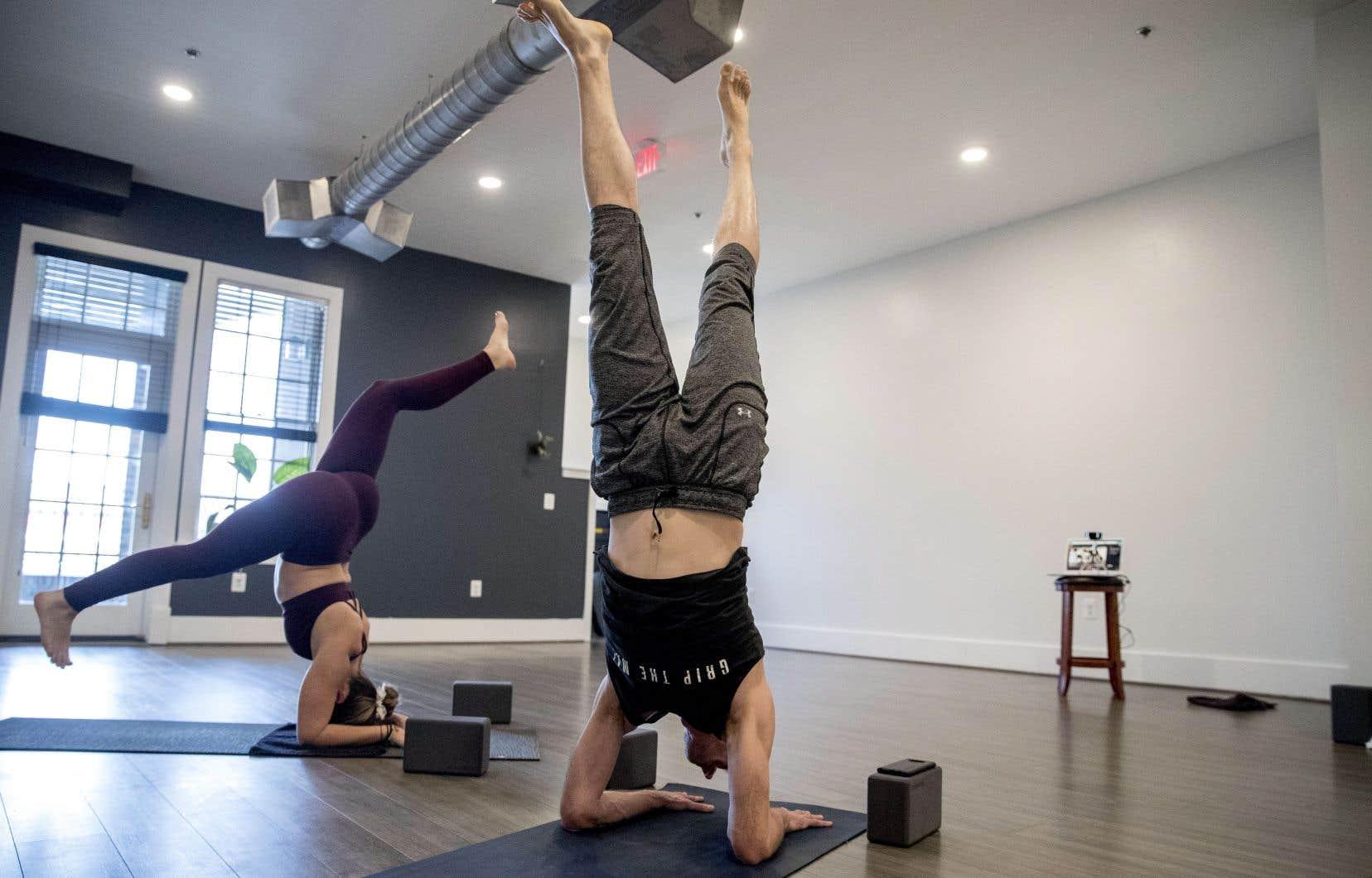 Depuis la mi-mars, les contenus étiquetés «home workout» (exercice physique à la maison) ont bondi de 200%, en termes de vues quotidiennes moyennes. Le yoga, notamment, cartonne.
