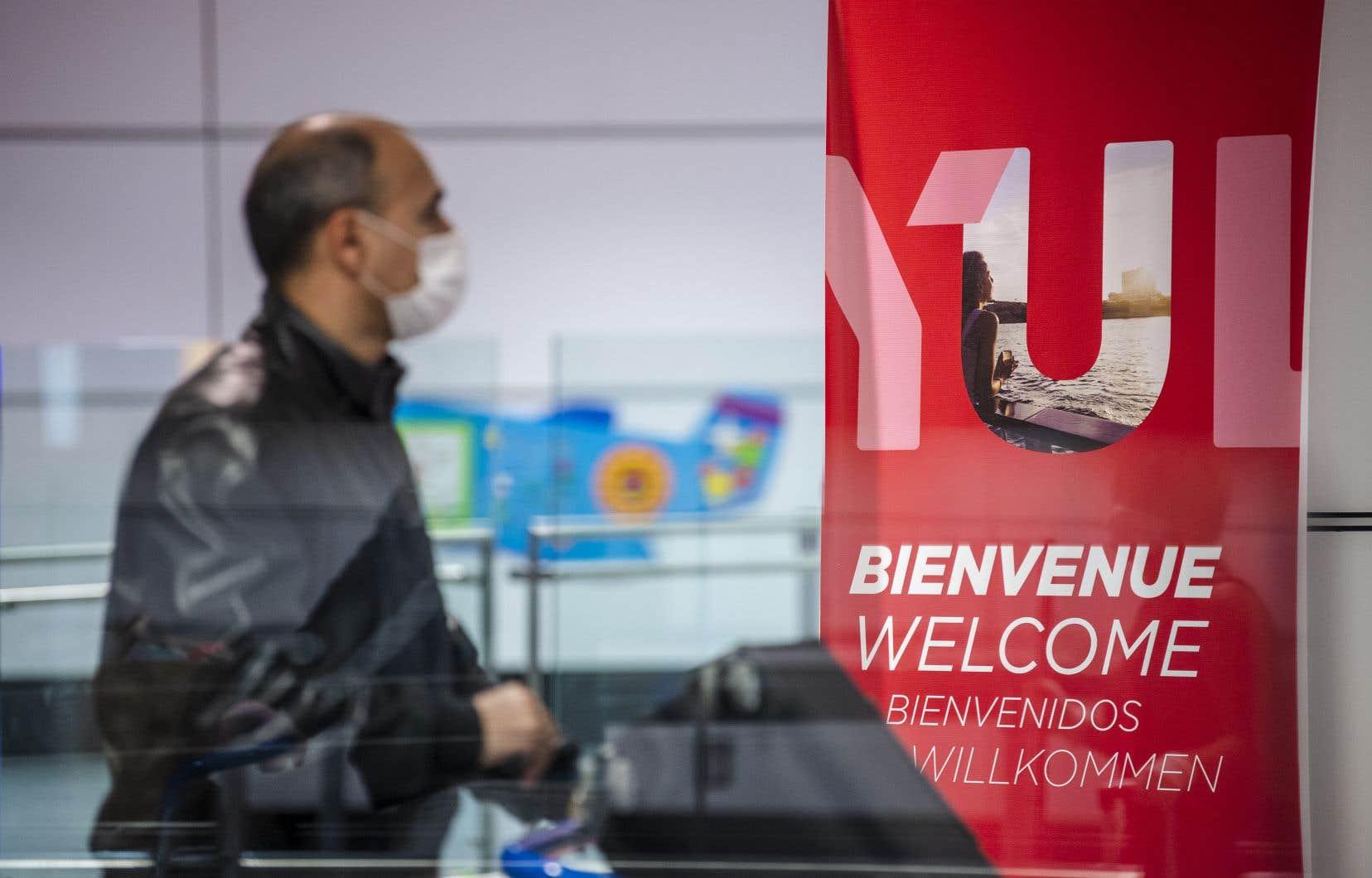 Les passagers de tous les vols au départ ou à destination d'un aéroport canadien devront démontrer qu'ils ont un masque non médical ou un couvre-visage au moment de l'embarquement.