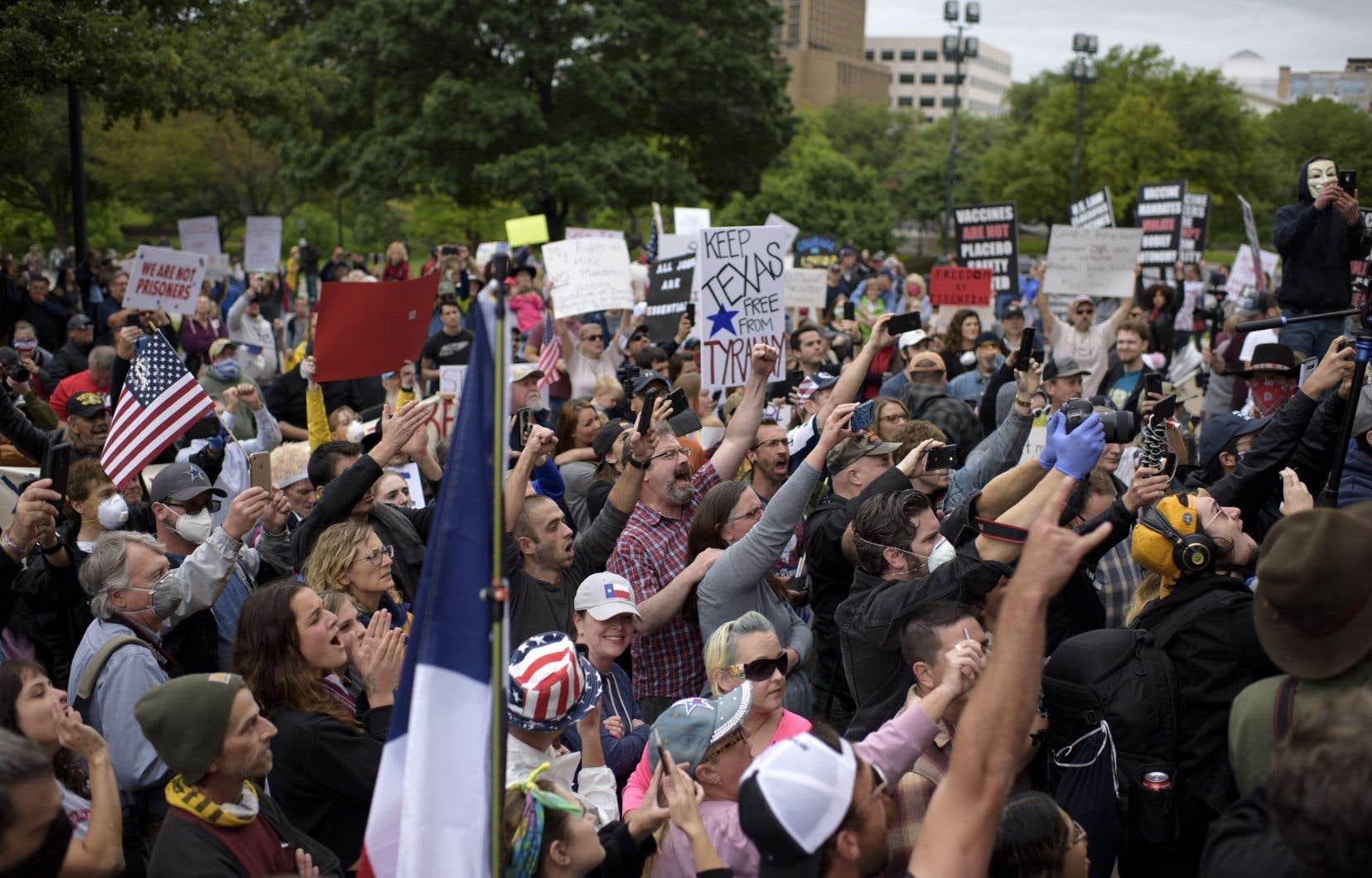 Des manifestants ont demandé la réouverture de l'État du Texas devant le parlement à Austin, samedi.