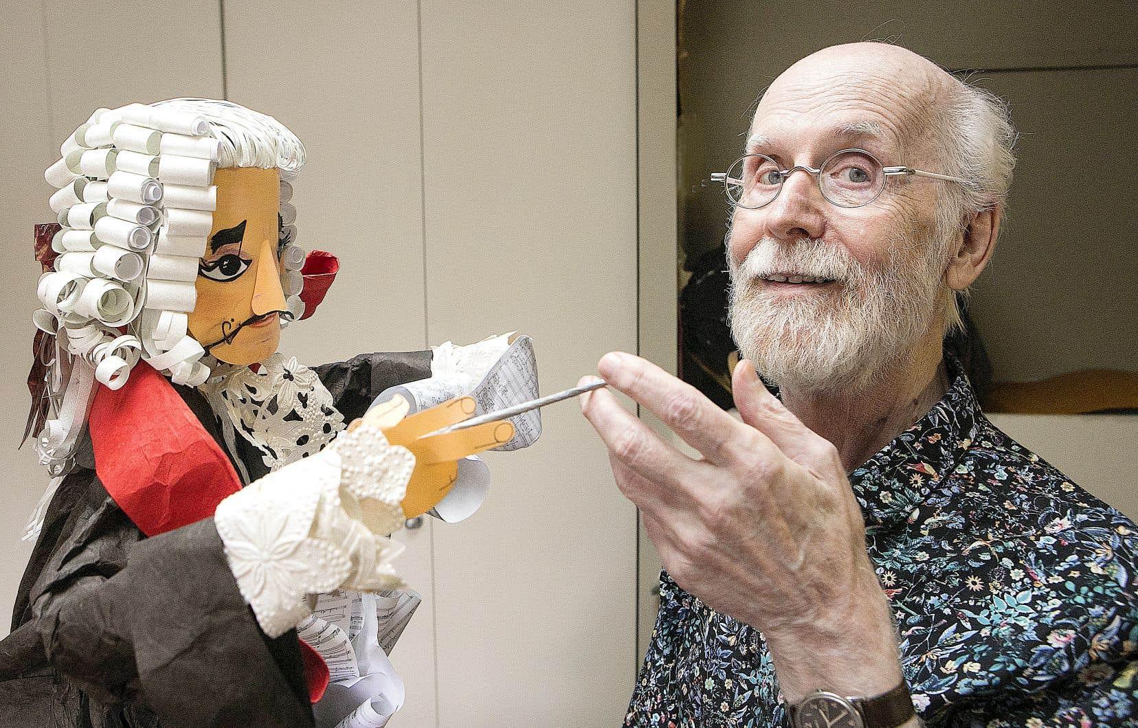 L'artiste Claude Lafortune montrant un de ses personnages de papier, en mai 2019, peu avant de se voir décerner par l'UQAM un doctorat honorifique.