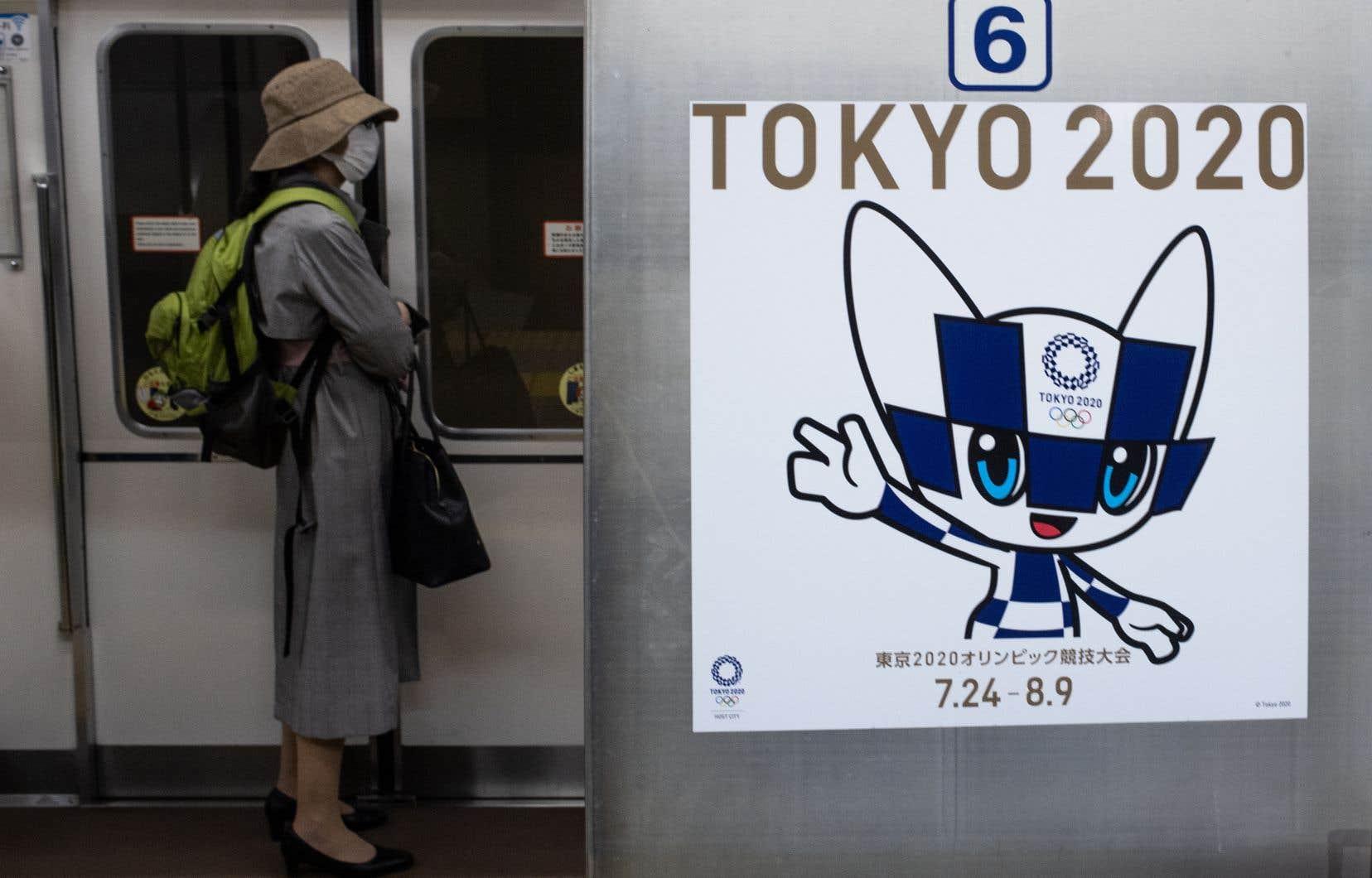 Le nombre de passagers des trains et métros de Tokyo, habituellement bondés pendant les heures de pointe, a fortement diminué.