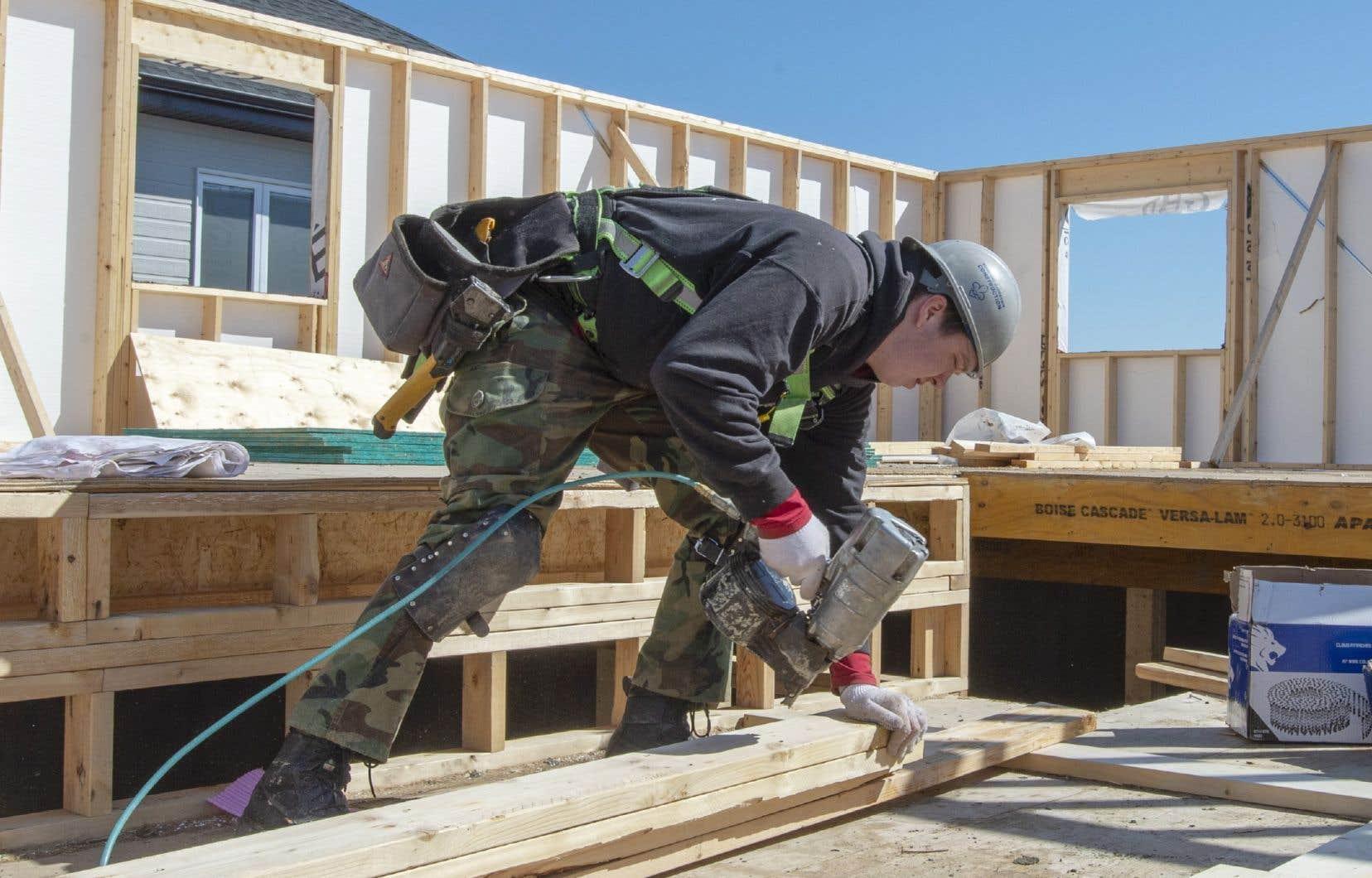 Une petite partie du secteur de la construction résidentielle reprenait ses activités lundi.