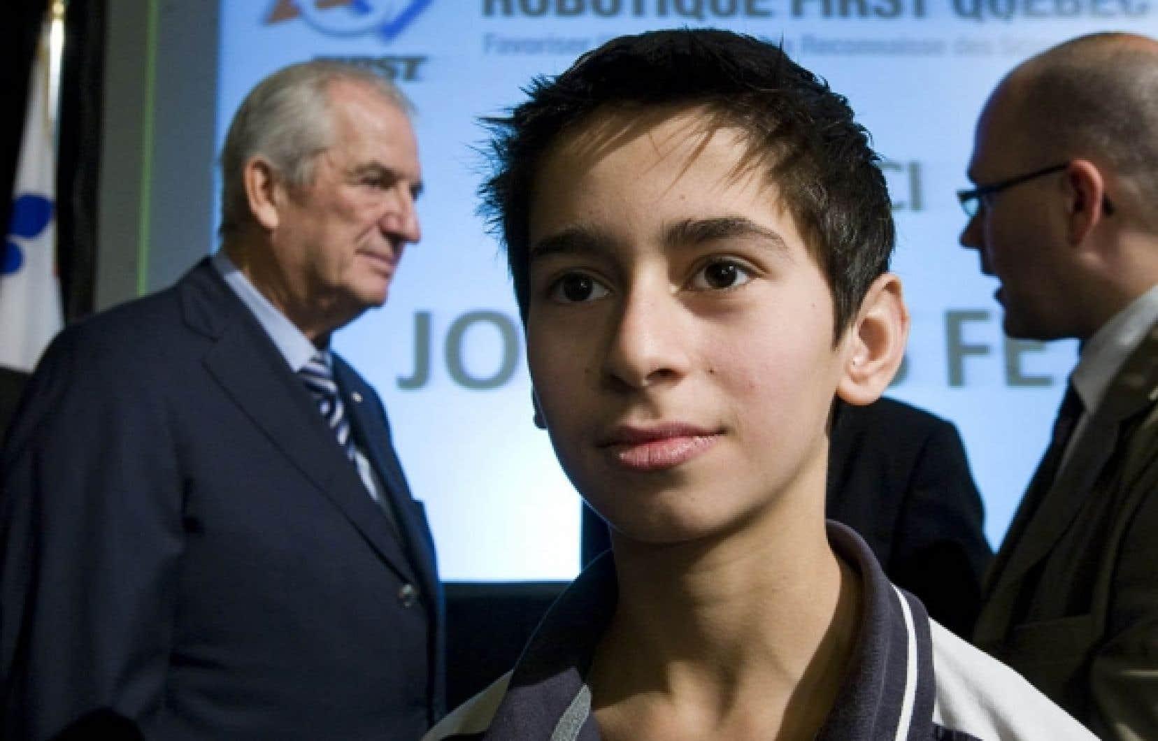 Gersi Tuzi, de l'école Honoré-Mercier, prendra part à la compétition internationale de robotique FIRST de 2011. À l'arrière-plan, Laurent Beaudoin, président du CA de Bombardier.<br />