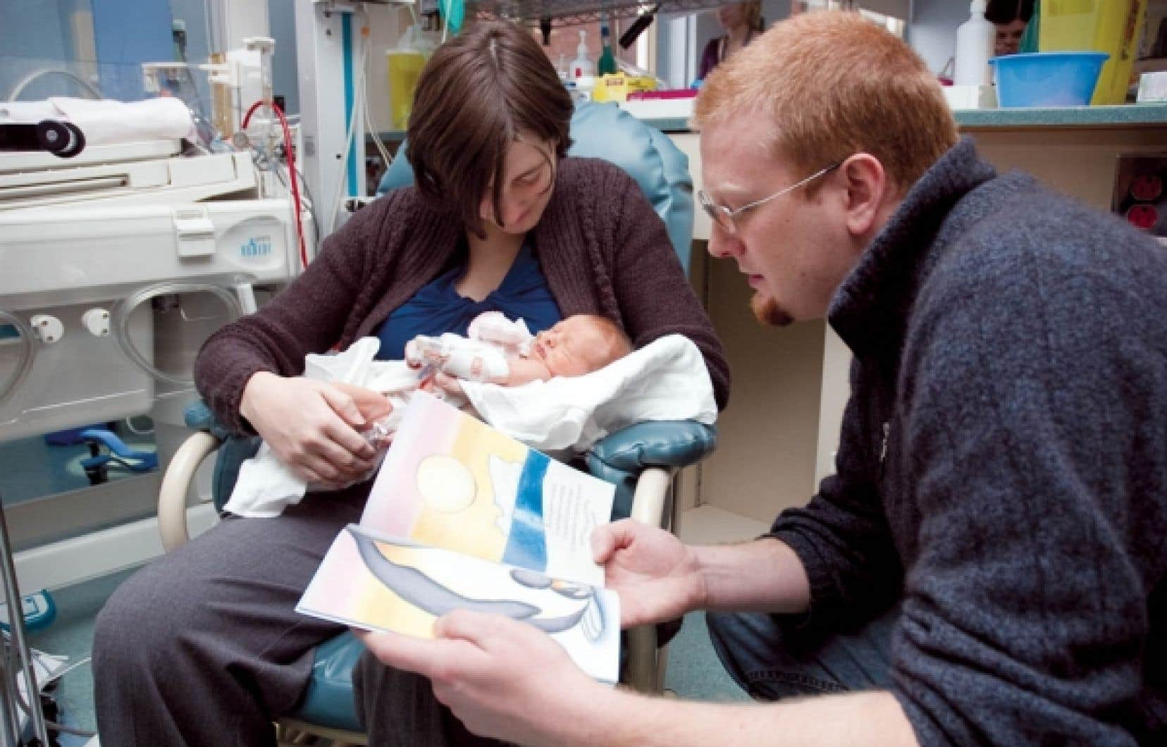 Adeline en compagnie de son conjoint Jean-François, qui fait la lecture à leur nouveau-né.<br />
