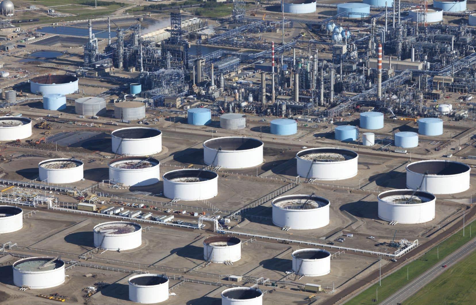 L'industrie canadienne du raffinage compte environ 18000 travailleurs et 16 raffineries, dont deux au Québec. Sur la photo, des installations à Toronto.