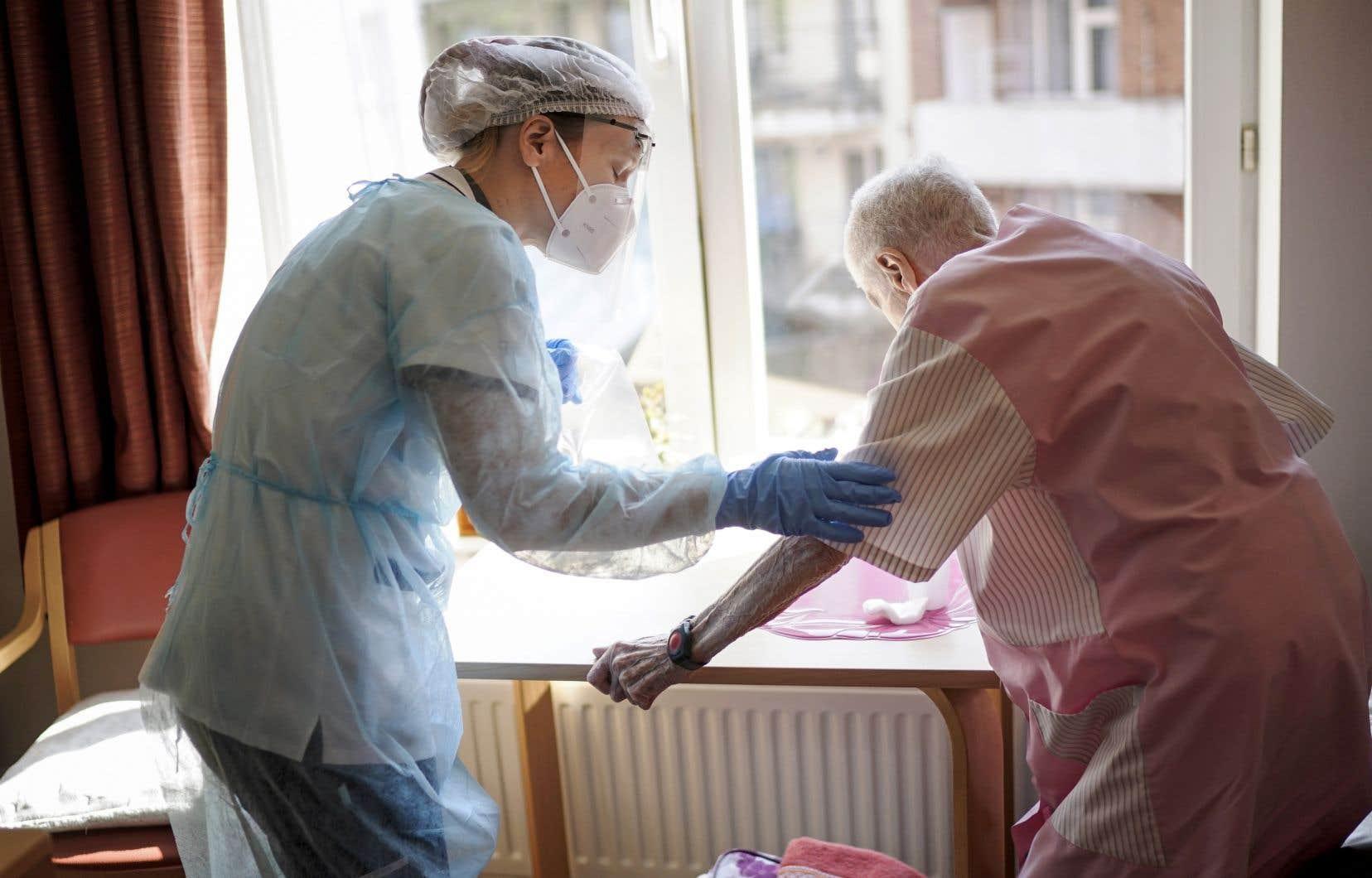 Les maisons de retraite représentent jusqu'à la moitié des décès enregistrés dans certains pays européens, selon l'OMS.