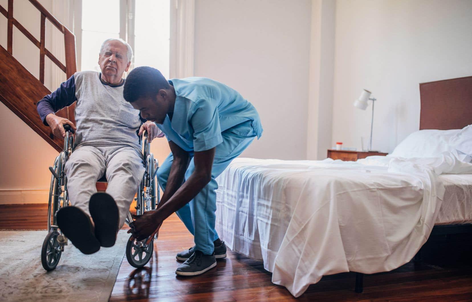 «Accroître les soins à domicile réduirait la pression que vivent actuellement nos CHSLD au Québec», estime l'autrice.