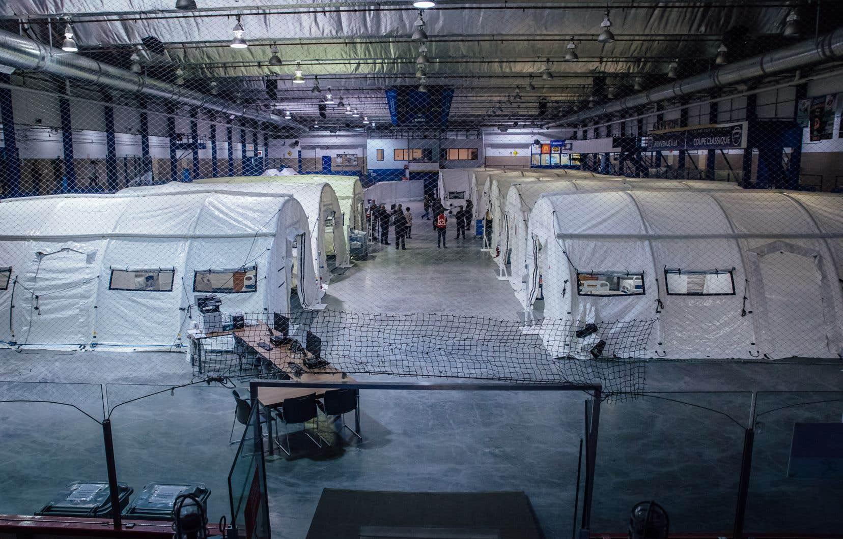 La Croix-Rouge a déployé une dizaine de tentes sur la surface de la patinoire de l'aréna Jacques-Lemaire, à Montréal. Les premiers patients doivent arriver à compter de lundi.