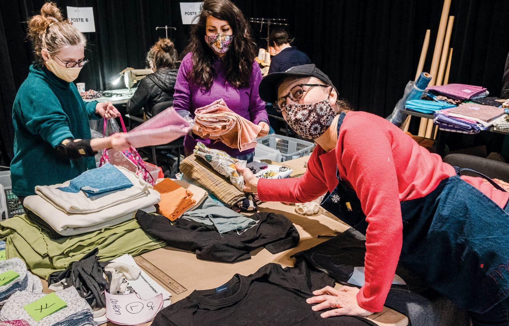 La costumière Simonetta Mariano (à droite) dans son atelier, avec des bénévoles à l'oeuvre. Elle a lancé une initiative de fabrication de masques qui réunit des artisans du milieu cinématographique québécois.