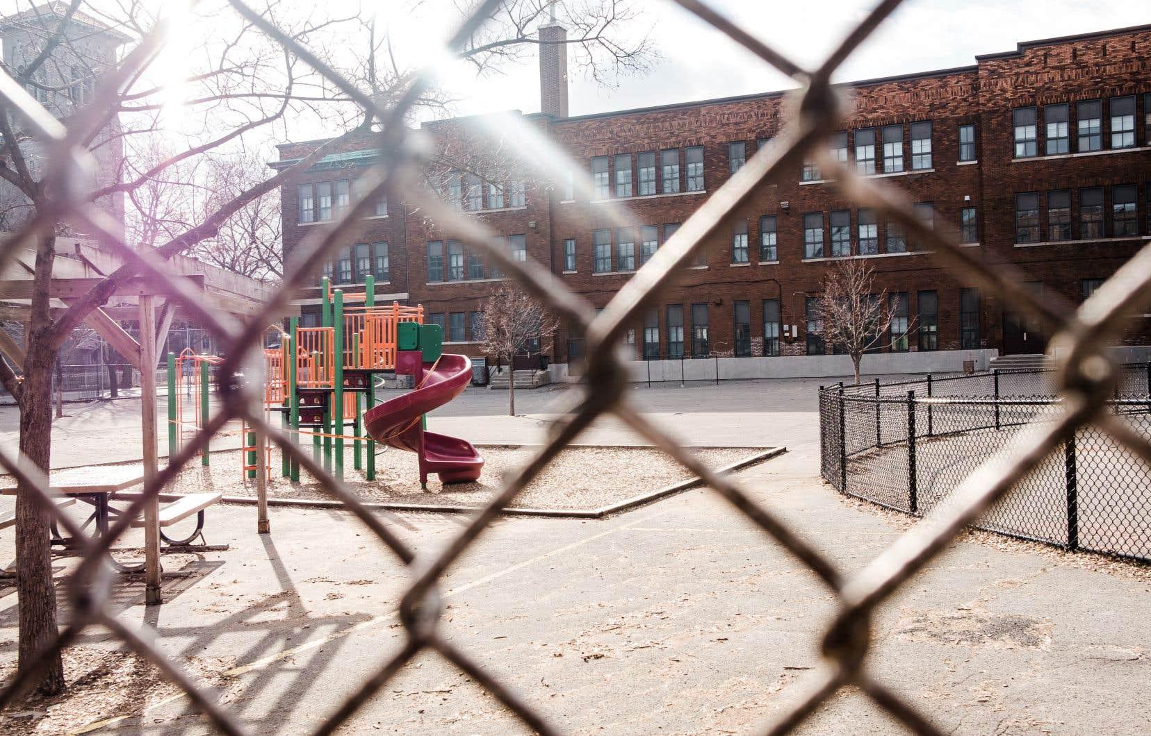 François Legault avait initialement envisagé de rouvrir les écoles et les garderies avant même le 4mai — leur fermeture avait été annoncée jusqu'à cette date.