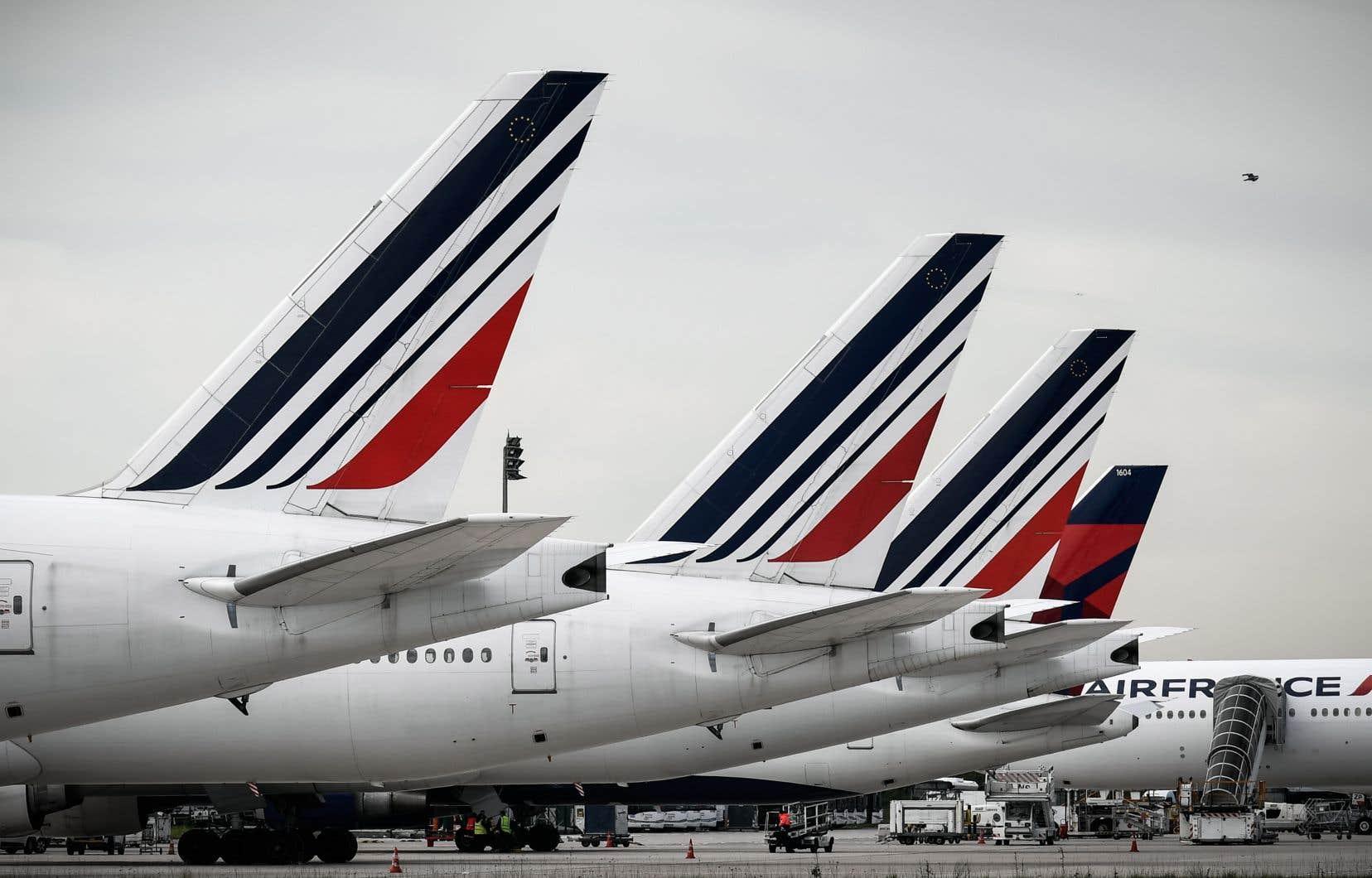 Air France a mentionné que ses agents «réinstallent les clients de manière proactive» pour maintenir plus d'espace entre les passagers «dans la mesure du possible», une stratégie que d'autres transporteurs ont dit privilégier en période de crise.