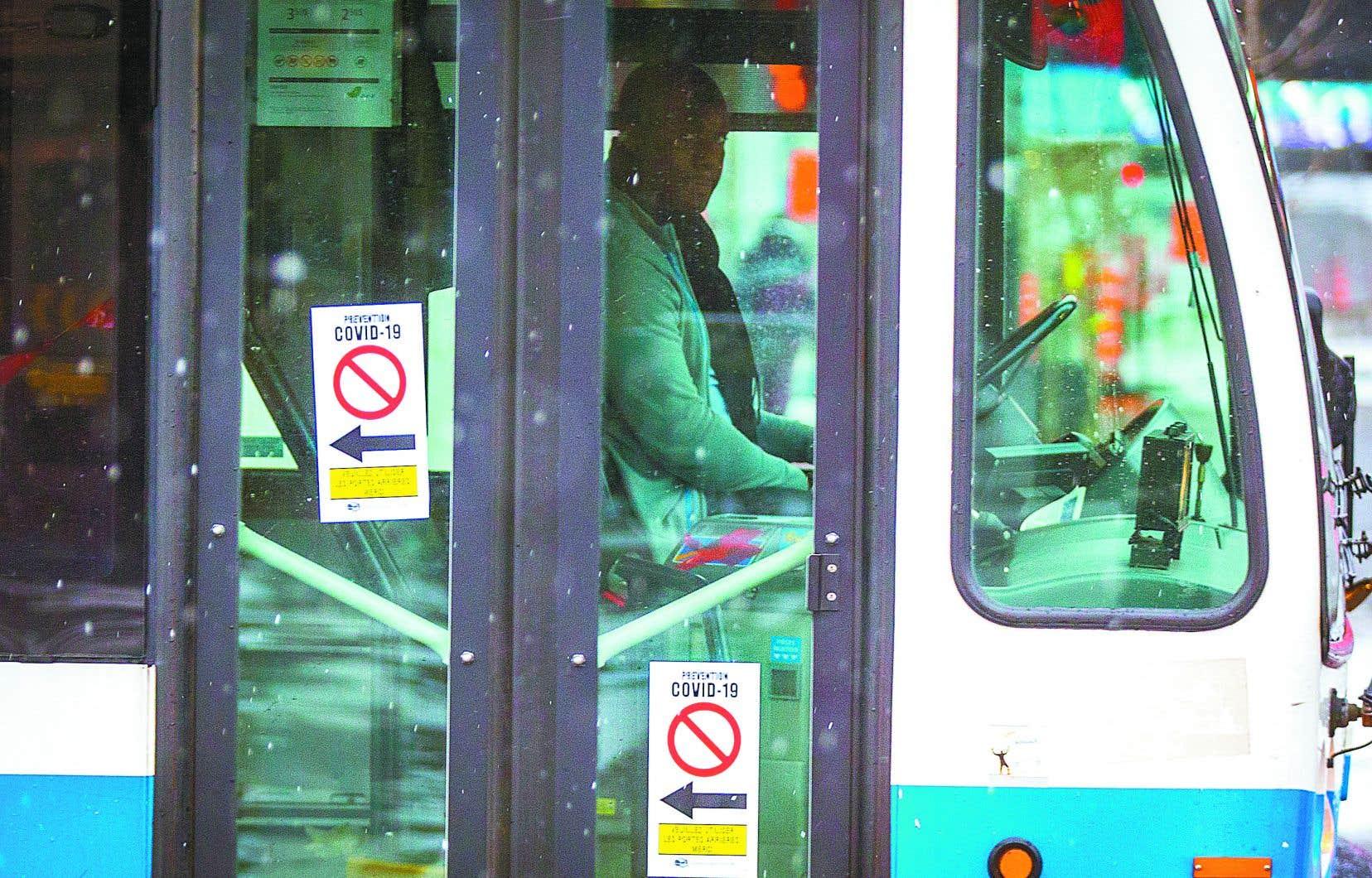 La STM signale que le port du masque demeure optionnel, mais rappelle que les membres du personnel sont invités à donner l'exemple lorsqu'ils se déplacent en autobus et en métro.