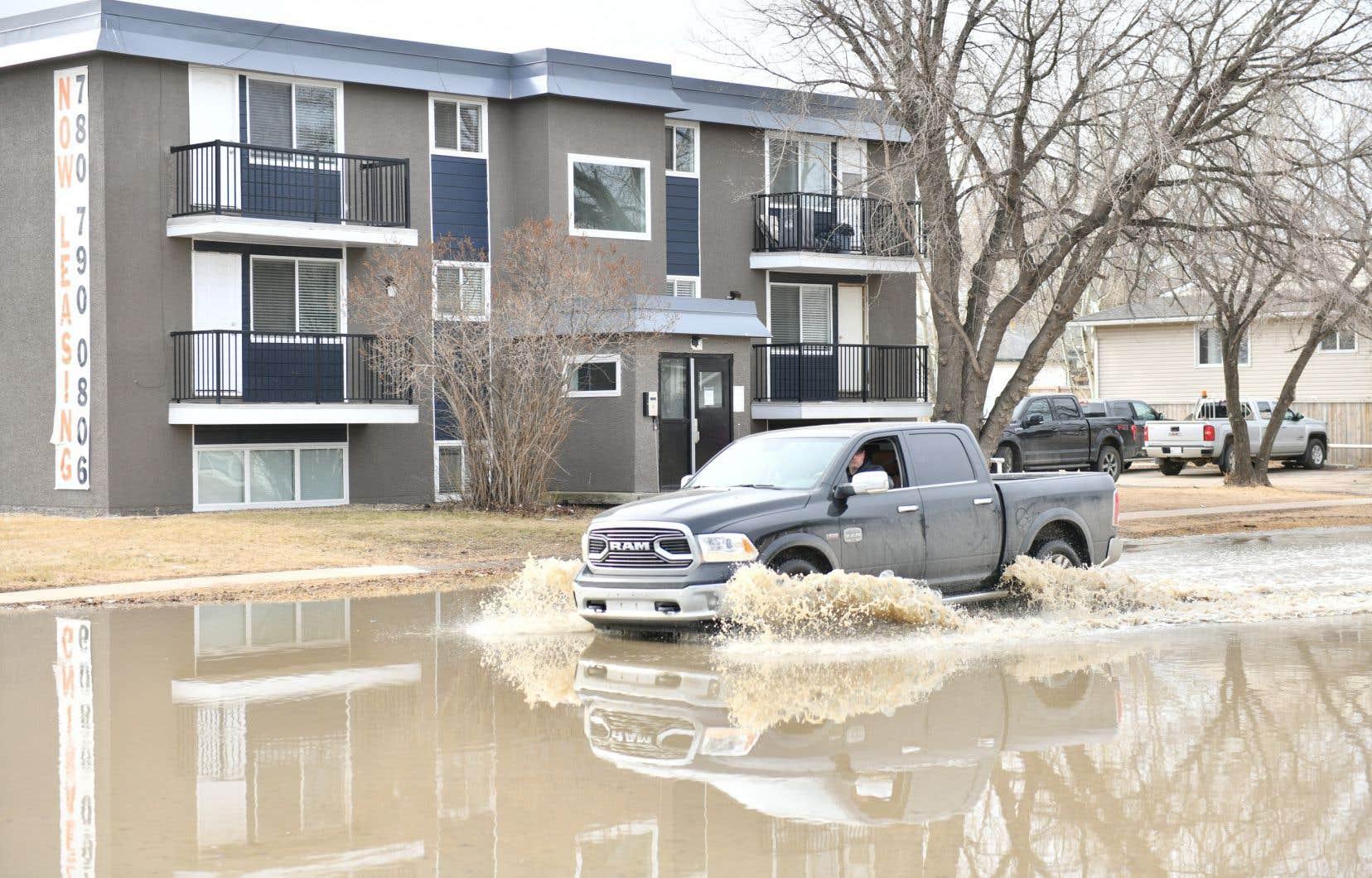 Le centre-ville de Fort McMurray a reçu un avis d'évacuation en raison de la hausse du niveau des eaux provoquée par les crues printanières sur les rivières Athabasca et Clearwater.