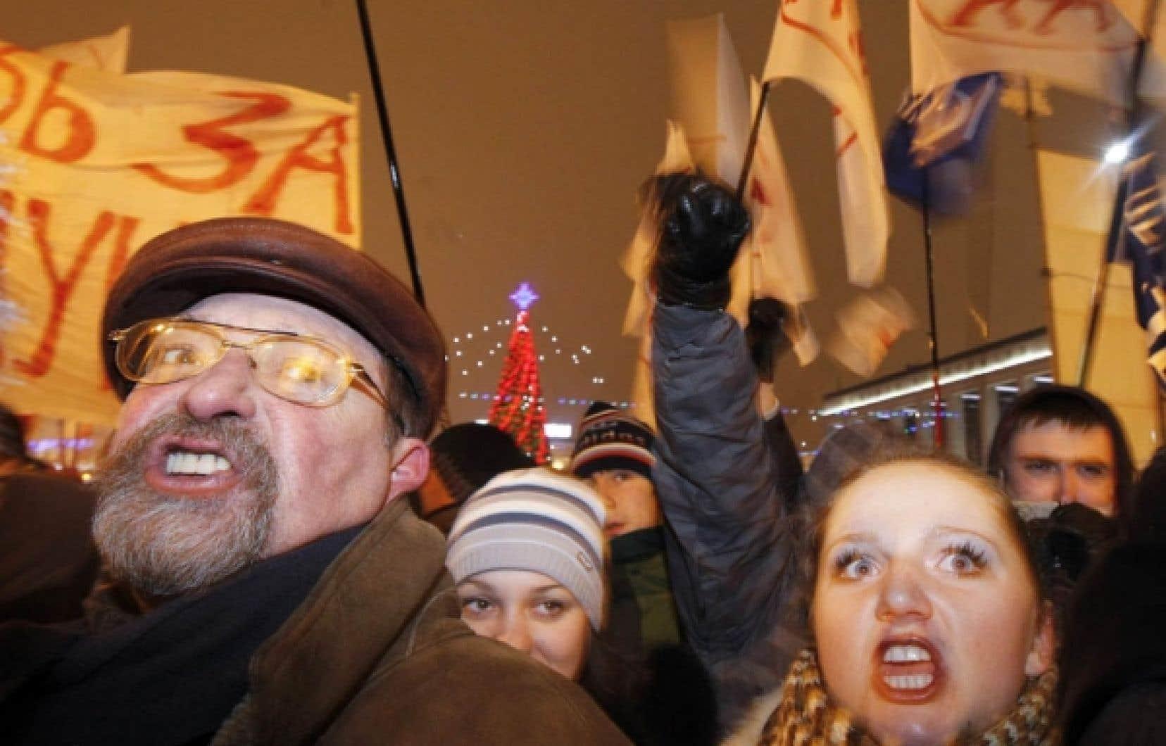 Des milliers de Biélorusses ont manifesté hier soir à Minsk, la capitale, contre la réélection d'Alexandre Loukachenko, qualifié de «dernier dictateur d'Europe» par l'ex-président George Bush.