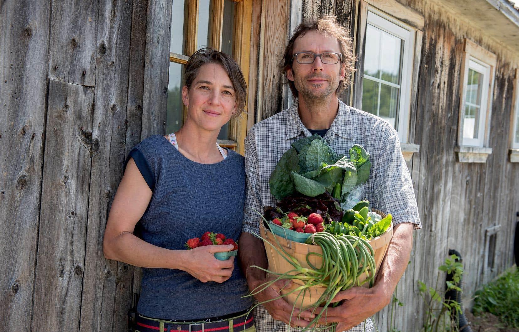 Accompagné de son amoureuse, Laurence Fischer, le maraîcher Donald Dubé veut amener la société à changer sa façon de voir la chaîne agroalimentaire.