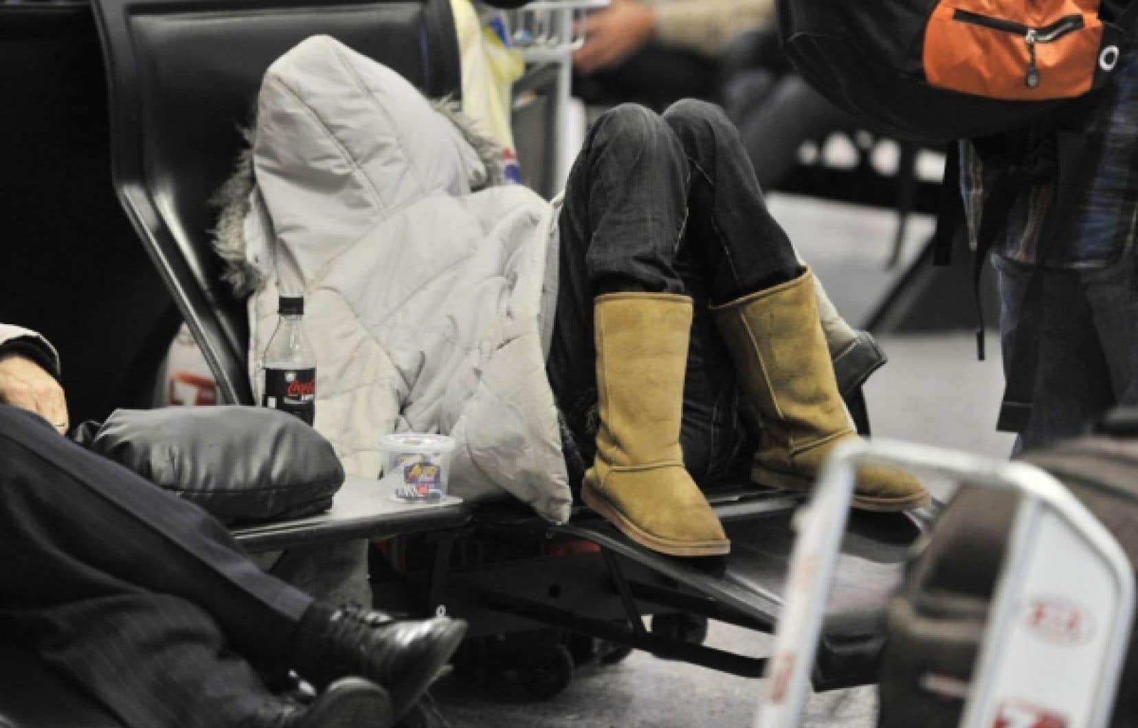 Une voyageuse s'est endormie sur un des bancs de l'aéroport de Francfort. Les pistes y étaient ouvertes en alternance, mais plus de 540 vols ont été annulés.<br />