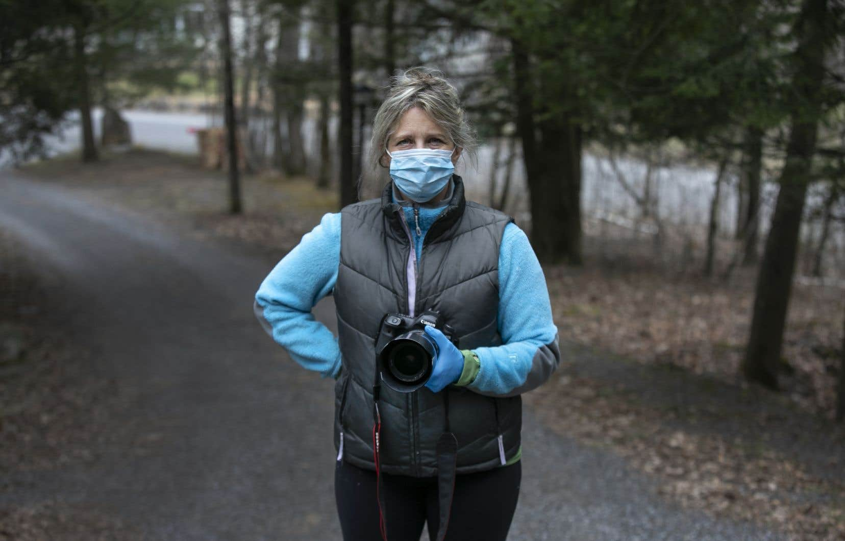 Sur le terrain, la photojournaliste Marie-France Coallier a pris l'habitude de porter un masque de protection.