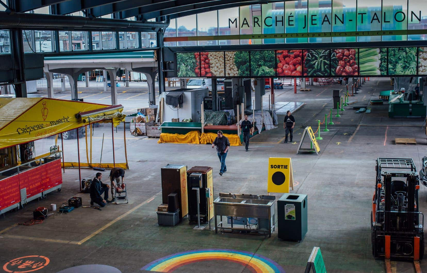 Mercredi après-midi, le marché était peu animé. Une poignée de kiosques avait pris forme alors que des marchands et des employés y mettaient la touche finale.