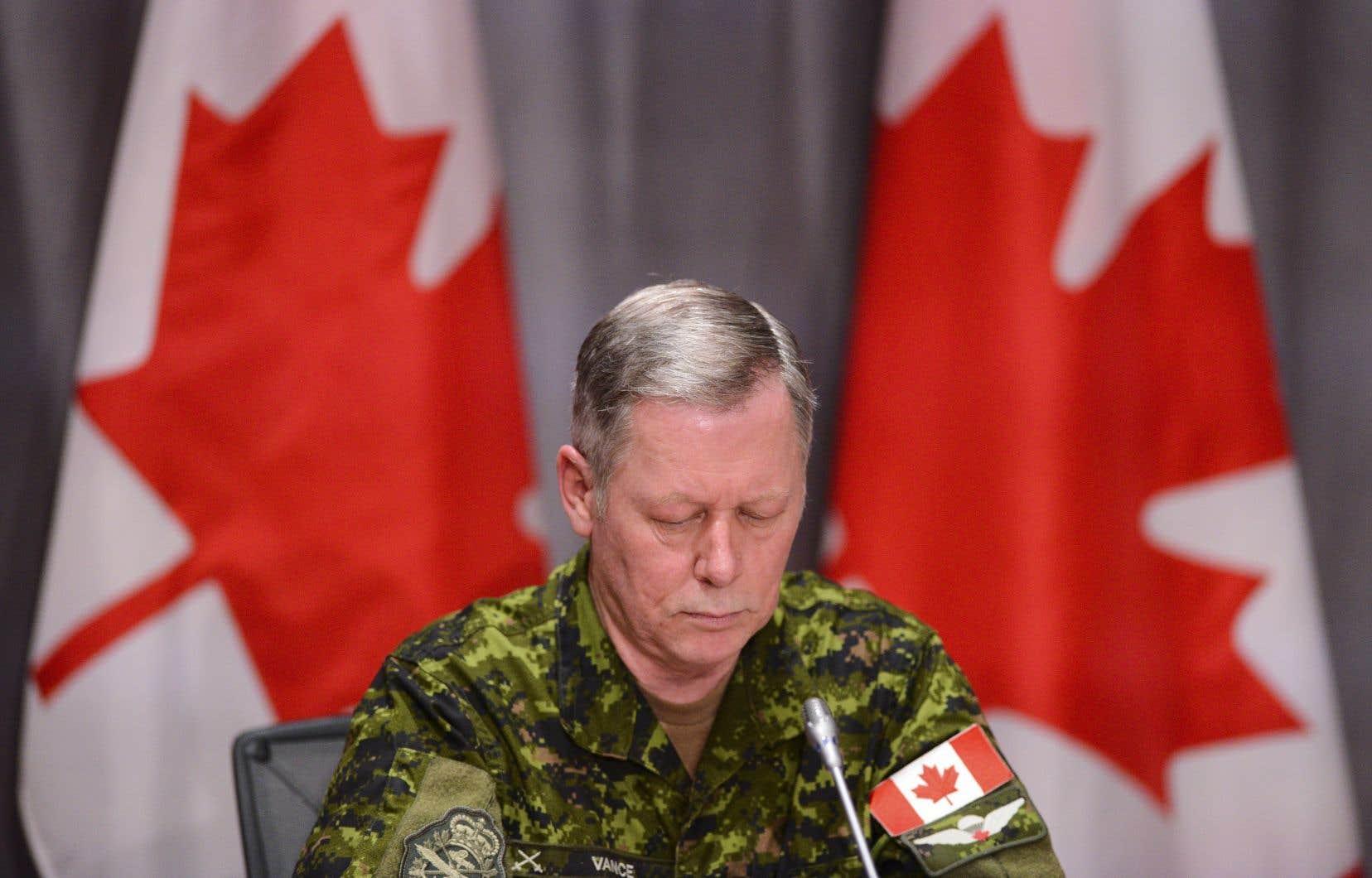 Les efforts de recherche des victimes sont compliqués parce que l'hélicoptère s'est abîmé dans une mer de 3000 mètres de profondeur, a expliqué jeudi le chef d'état-major de la Défense, le général Jonathan Vance.