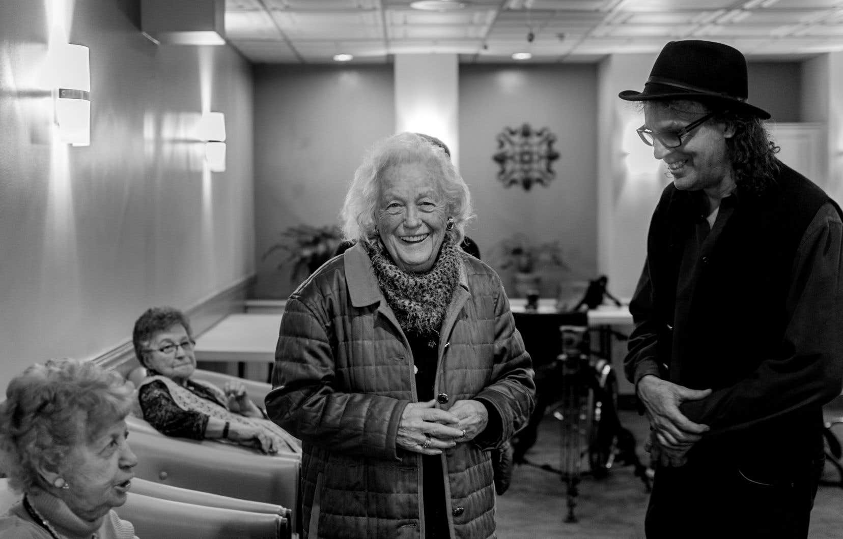Madeleine Ducharme-Desjardins, en bas à gauche, échange avec ses amies et avec son fils Denys Desjardins lors du tournage du documentaire «Le Château».