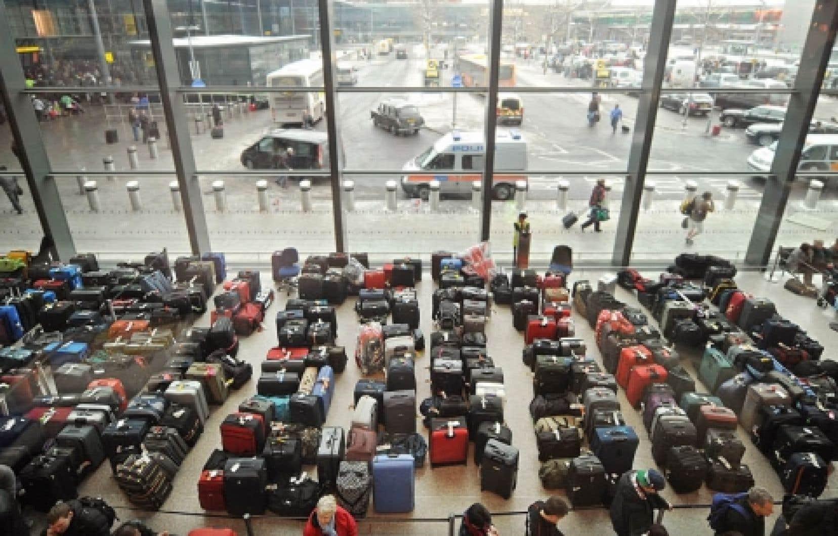 L'aéroport d'Heathrow, le plus fréquenté en Europe, estimait hier qu'il n'y aurait qu'un nombre restreint de vols qui décolleraient et atterriraient. Des passagers furieux se sont vu refuser l'accès à l'intérieur de l'aéroport, et ce, même s'ils étaient munis de leur carte d'embarquement pour des vols prévus hier.<br />