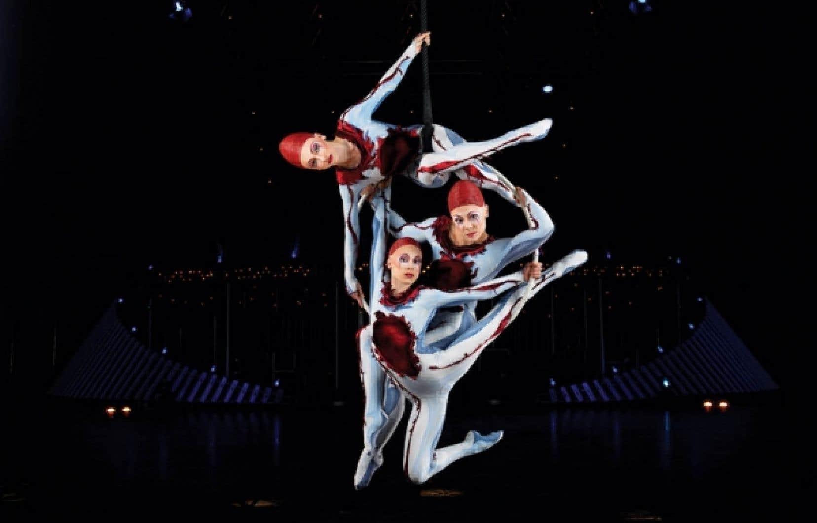 Pas moins de 52 acrobates, musiciens, chanteurs et acteurs se retrouvent sur la scène installée sur la patinoire du Tricolore.<br />