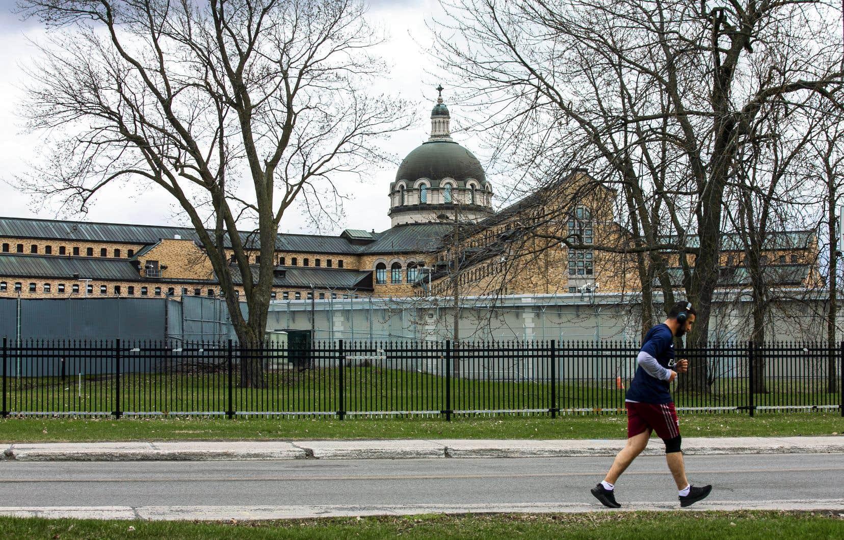 Un foyer d'éclosion de la COVID-19 a pris de l'ampleur depuis une semaine dans la prison de Bordeaux, la plus grosse au Québec.