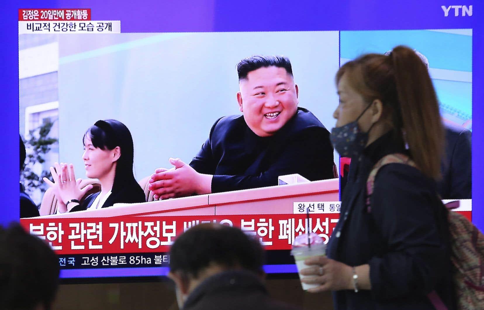 La télévision d'État (ici relayée par une chaîne sud-coréenne) l'a montré samedi souriant largement lors de l'inauguration d'une usine vendredi à Sunchon, au nord de Pyongyang.