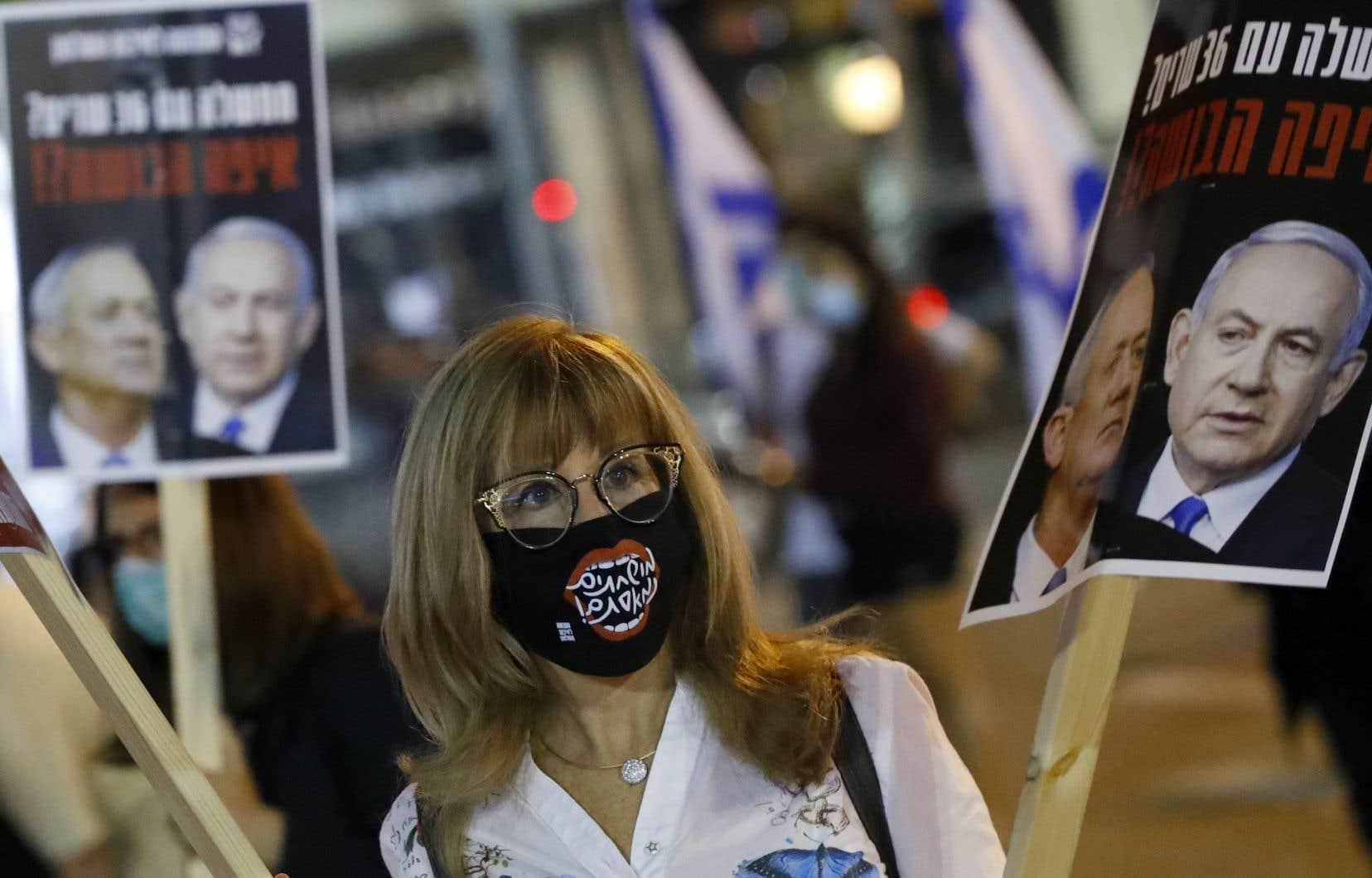 Des dizaines d'Israéliens portant des masques de protection ont manifesté près de<br /> la salle d'audience.
