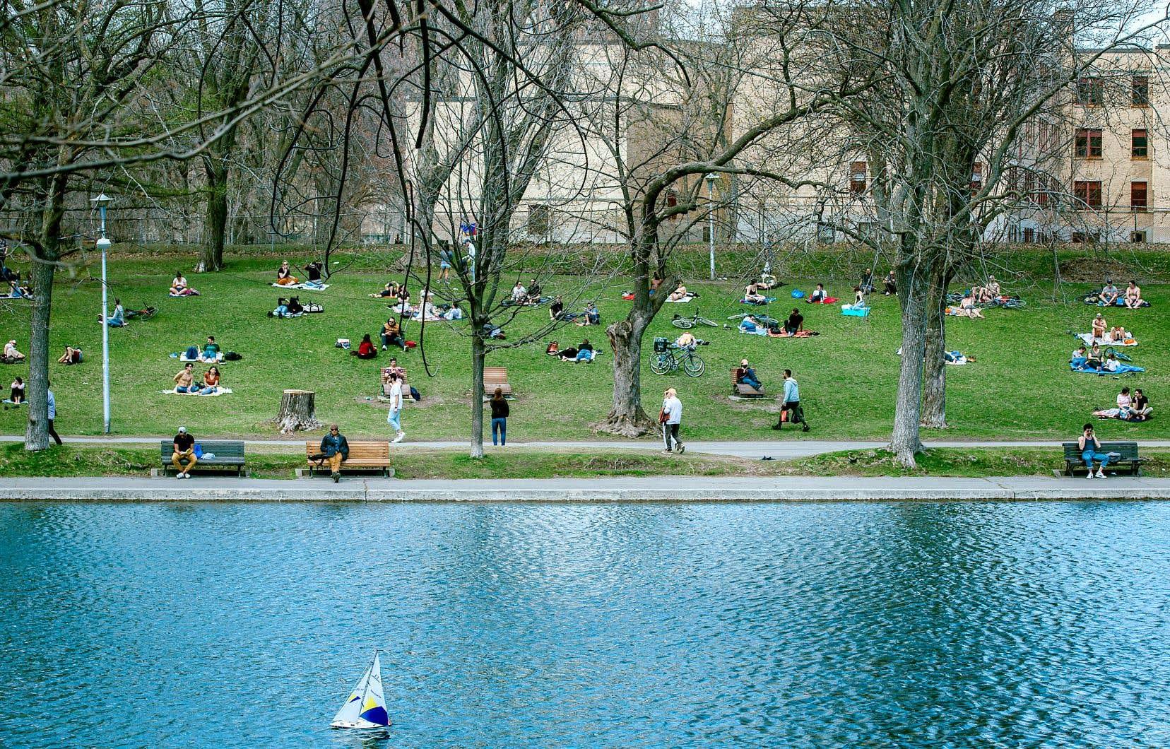 Plusieurs Montréalais ont décidé de profiter du beau temps dimanche au parc La Fontaine, tout en s'efforçant de respecter les mesures de distanciation physique.