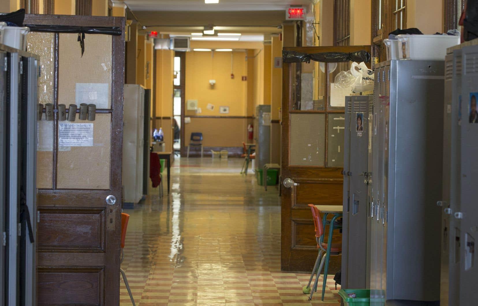 «Dans certaines écoles de Montréal, il faut voir l'état vétuste des bâtiments où de petits locaux sans fenêtres servent de classe», mentionne l'autrice.