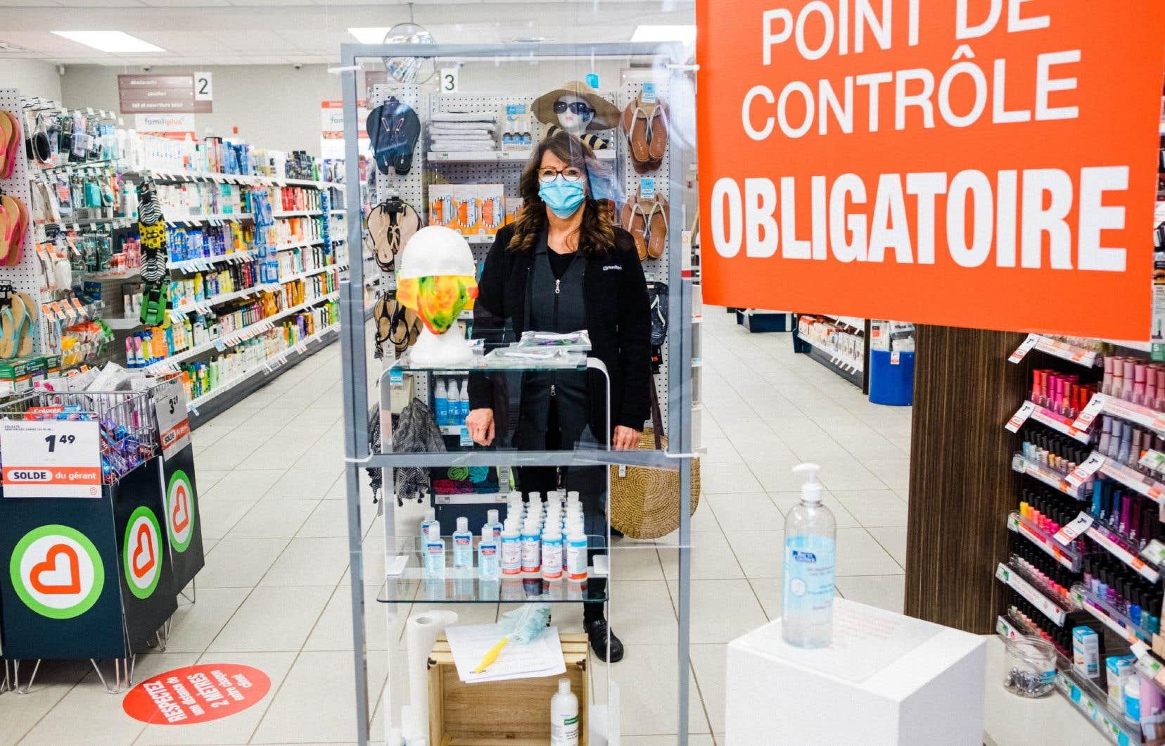 «Afin de s'assurer que les groupes à risque ne soient pas confinés à la maison, le port de masques devrait être obligatoire dans des lieux publics offrant des services essentiels», écrivent les auteurs.