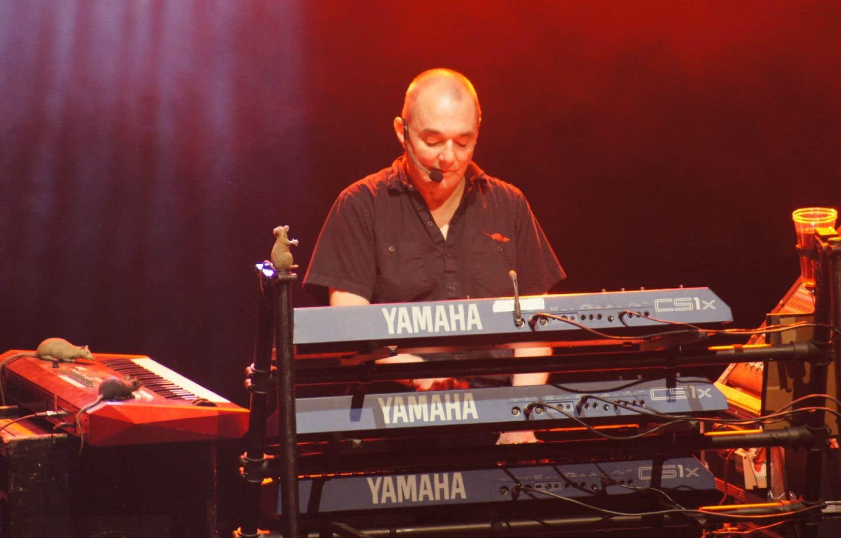 Dave Greenfield derrière ses  claviers lors d'un concert à Paris en 2012