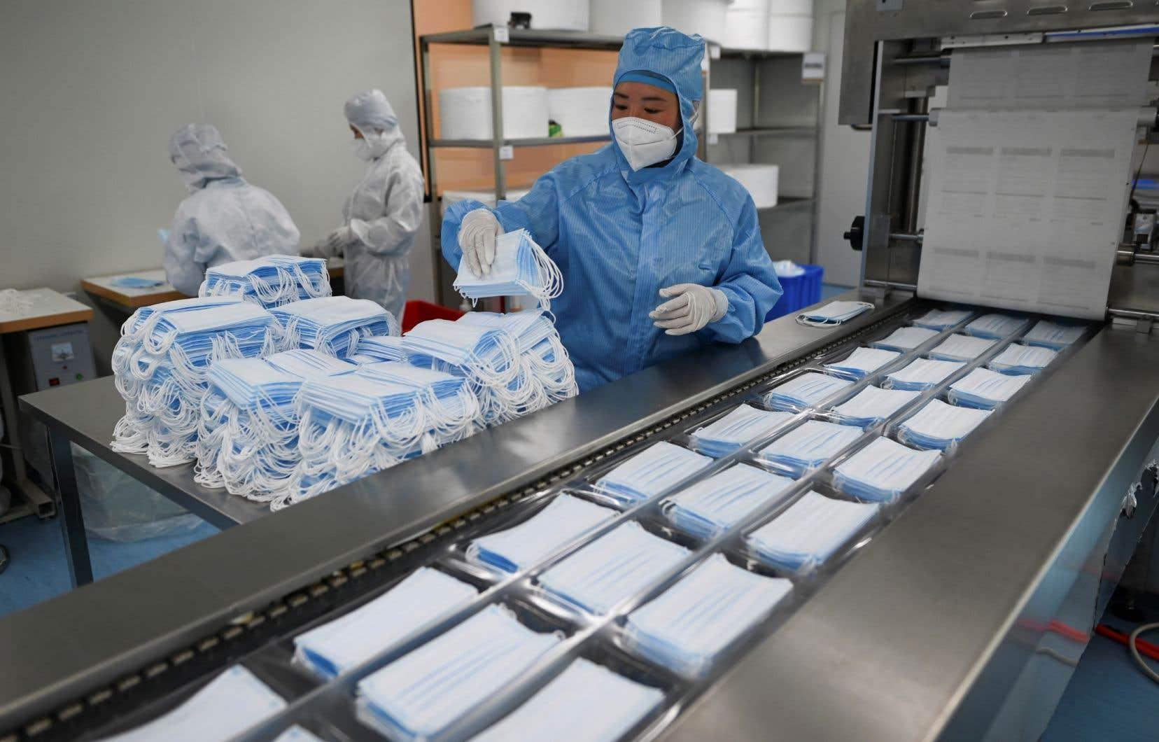 Les masques chirurgicaux et les masques de protection N95 requièrent de nombreuses étapes de production relativement sophistiquées.