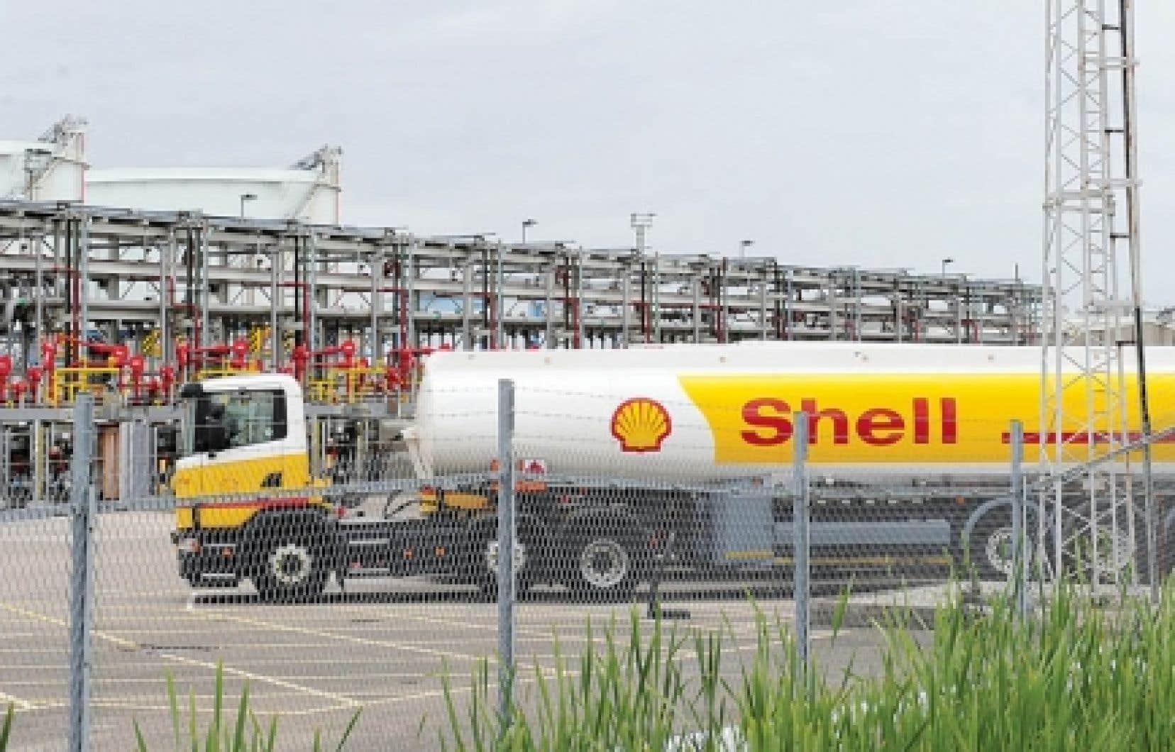 Un camion-citerne de Shell à la raffinerie de Stanlow, dans le nord-ouest de l'Angleterre. Shell voudrait bien se débarrasser de ce complexe pétrolier, et elle en négocie la vente depuis un an. Transaction ou pas, le raffinage se poursuivra, assurent ses dirigeants.<br />