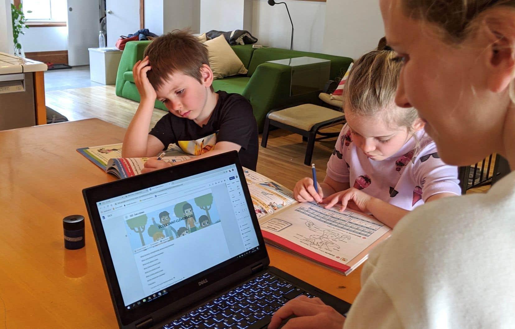 La directrice de l'école primaire Saint-Clément, Cindy Bernier, doit elle aussi concilier le télétravail et la vie de famille.