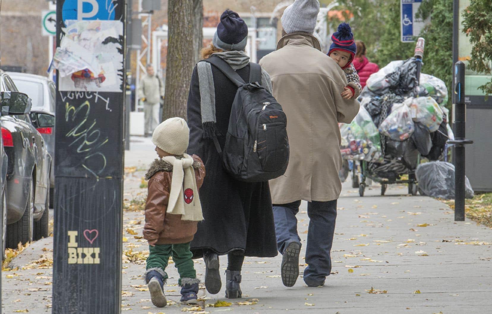 Pour sortir de la pauvreté, un ménage composé de deux adultes et deux enfants aurait besoin de 61 009$ à Montréal et de 60 280$ à Québec.