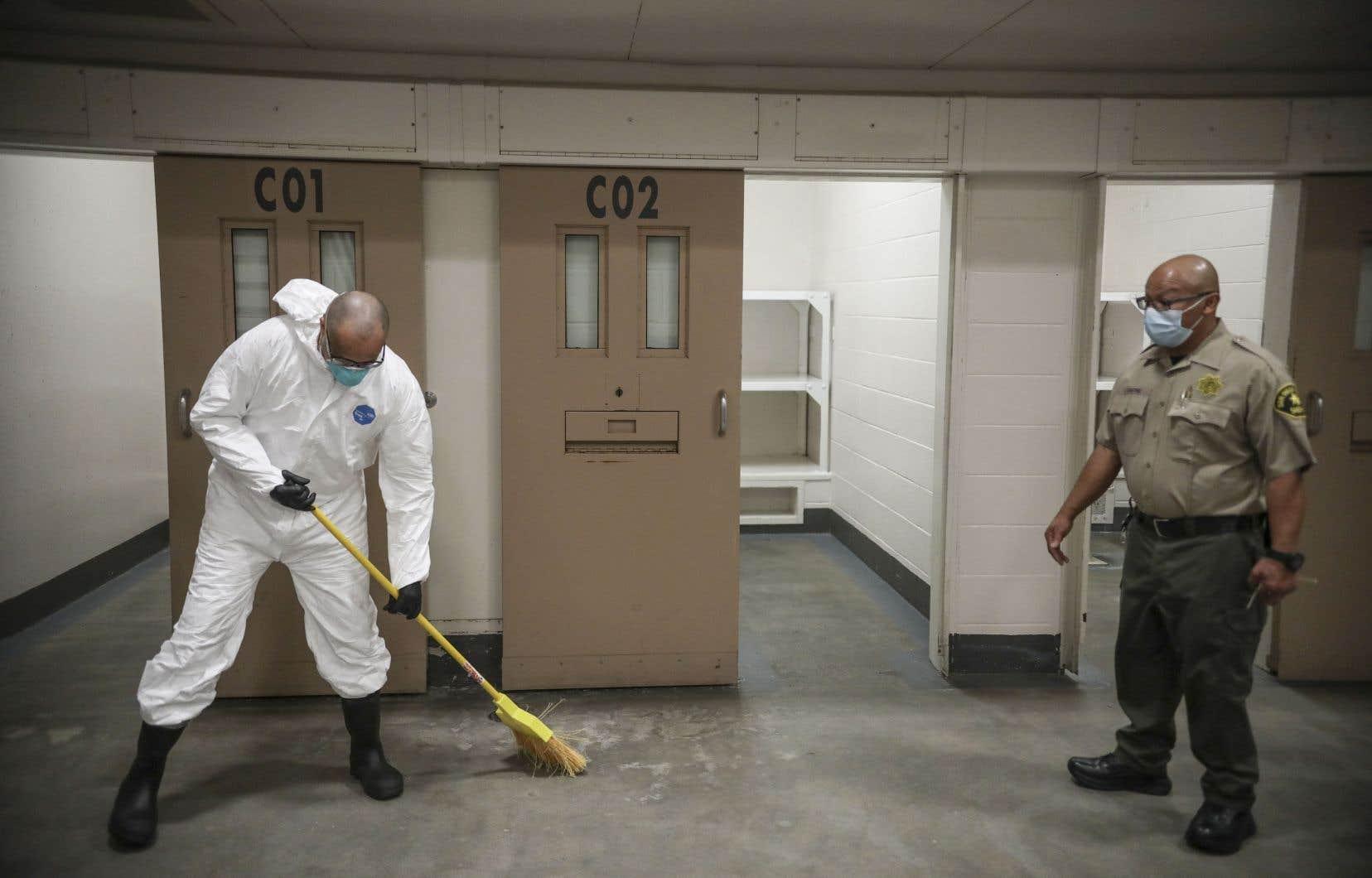 Des détenus sont mis à profit pour nettoyer et désinfecter les cellules dans certaines prisons, comme dans celle-ci à San Diego.