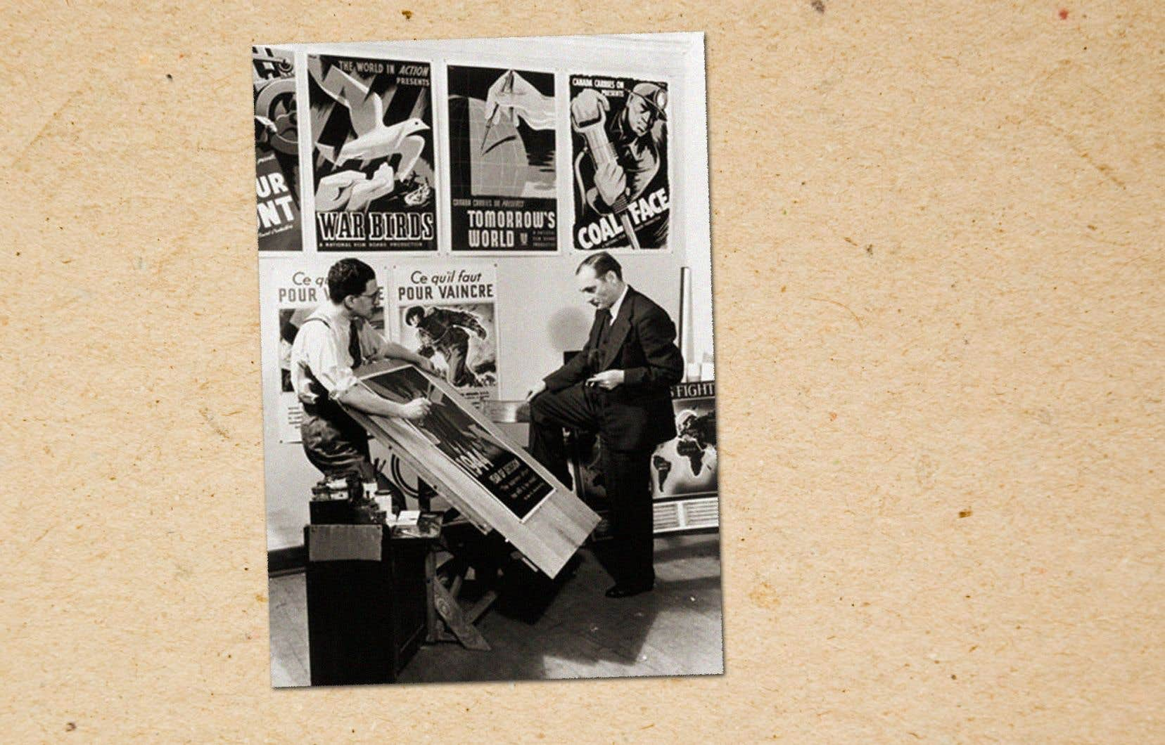 John Grierson (à droite) examine des affiches produites pour la Commission de l'information en temps de guerre, en 1944. «Grierson et l'ONF ont été infatigables au service des Canadiens» pendant les années de guerre, souligne la lettre de Tom Perlmutter.