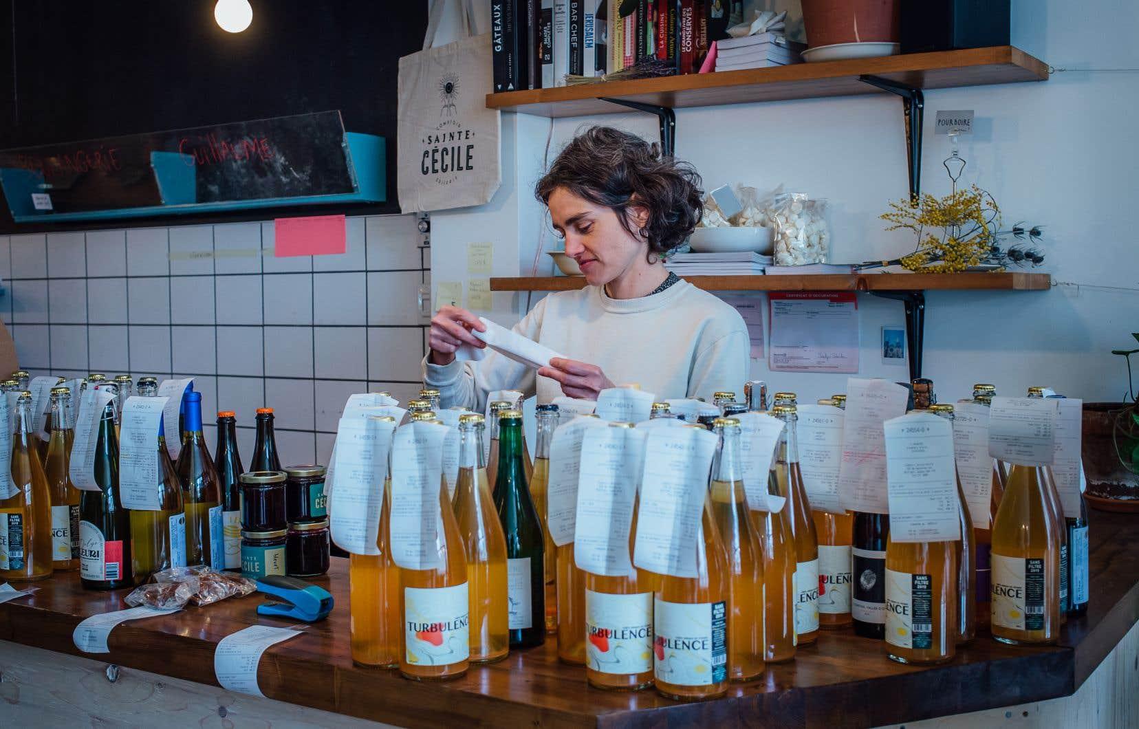 Le Comptoir Sainte-Cécile, installé depuis quelques années dans le quartier Villeray, a décidé de se tourner vers les commandes en ligne en réponse aux mesures de confinement. Sur la photo, la copropriétaire de l'épicerie de quartier, Adèle Prud'homme.