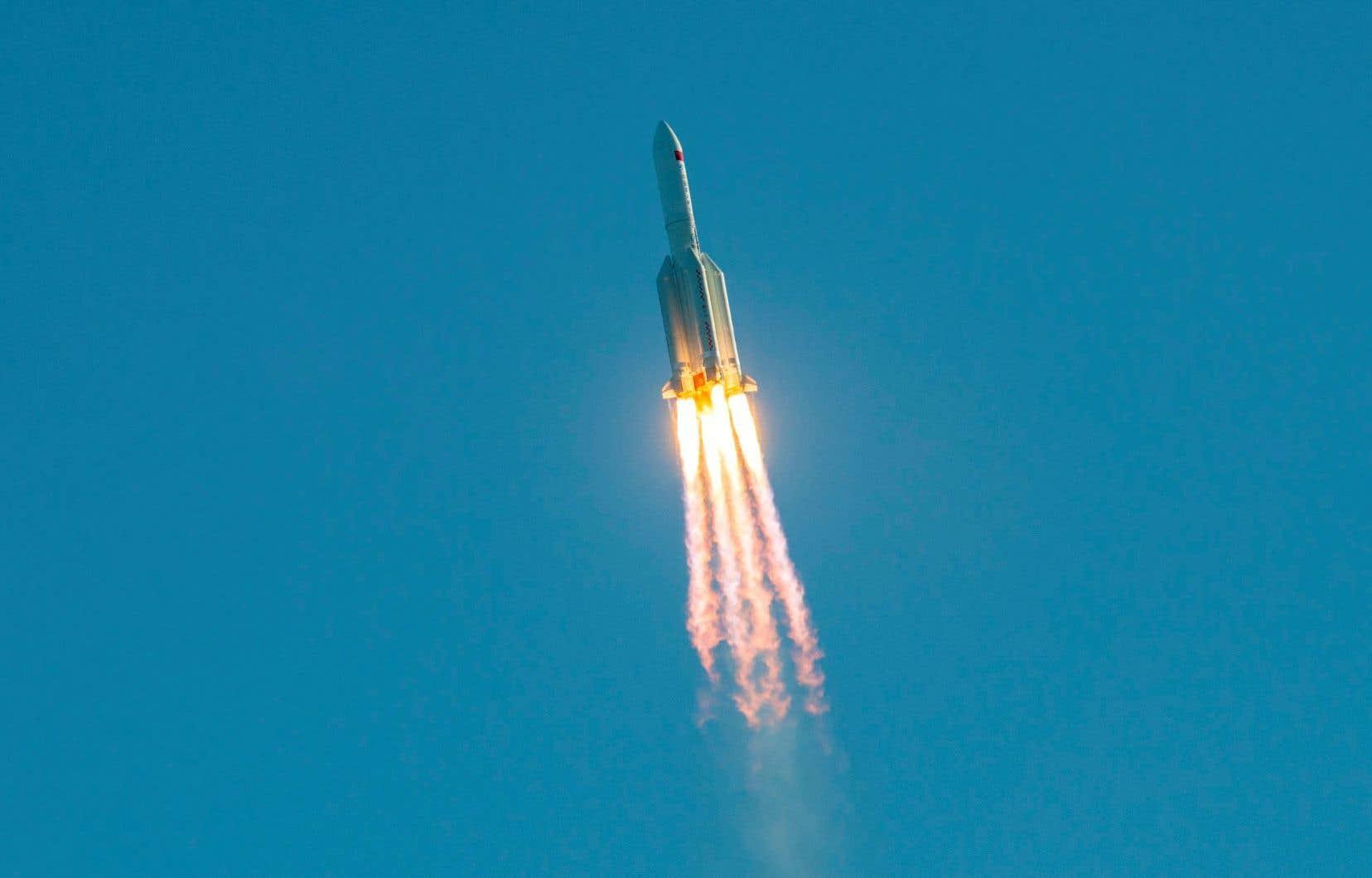 Le vaisseau avait été lancé mardi, sans équipage à son bord, à l'aide d'une fusée Longue-Marche 5B, la plus puissante jamais utilisée par la Chine et qui permettra notamment d'acheminer les éléments de la future station spatiale.