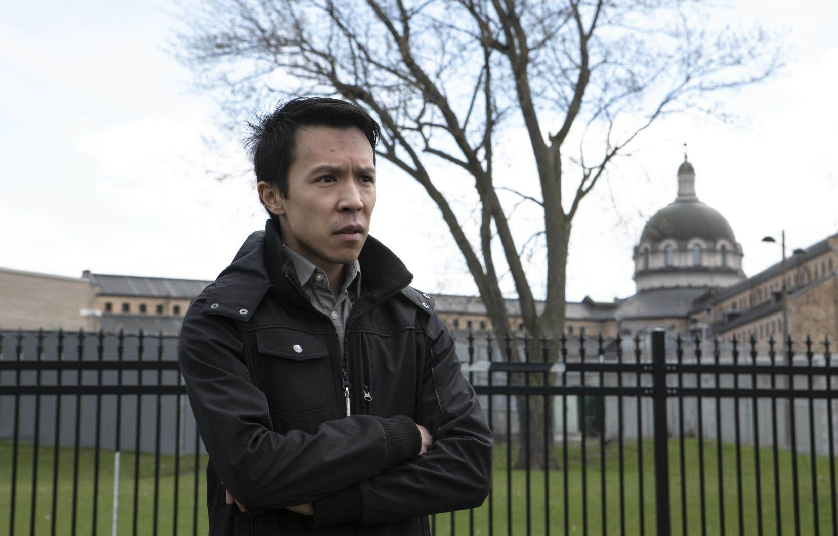 Jean-Louis Nguyen pose devant la prison de Bordeaux, où son conjoint est incarcéré dans l'un des secteurs touchés par le foyer d'éclosion.