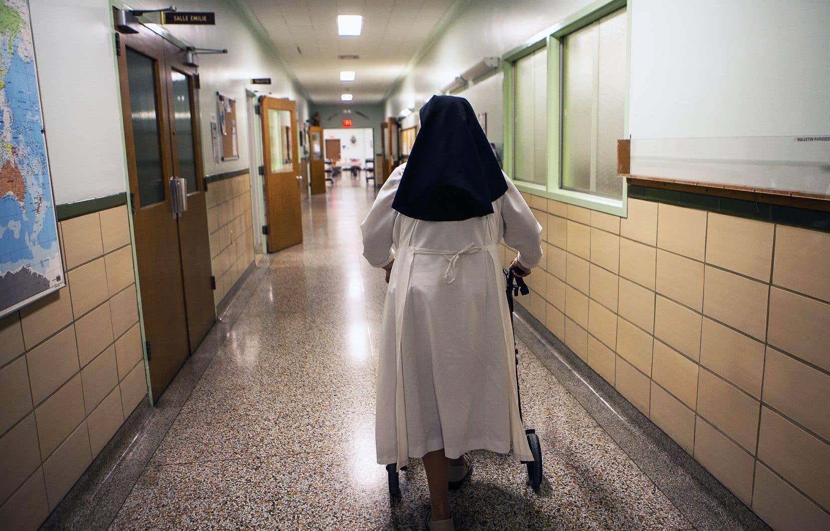 Une sœur marche dans les couloirs de la résidence Carrefour Providence.