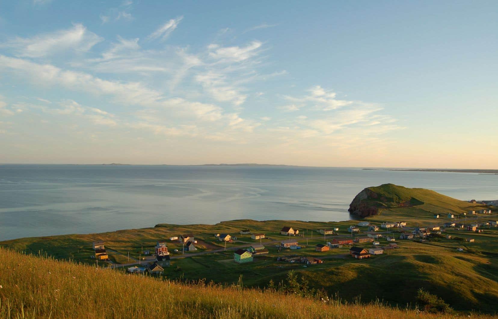 Tant les Madelinots d'origine, nombreux à rentrer aux Îles l'été, que les travailleurs ou les propriétaires de résidences secondaires (environ 500) devront respecter une quarantaine stricte jusqu'à cette date.