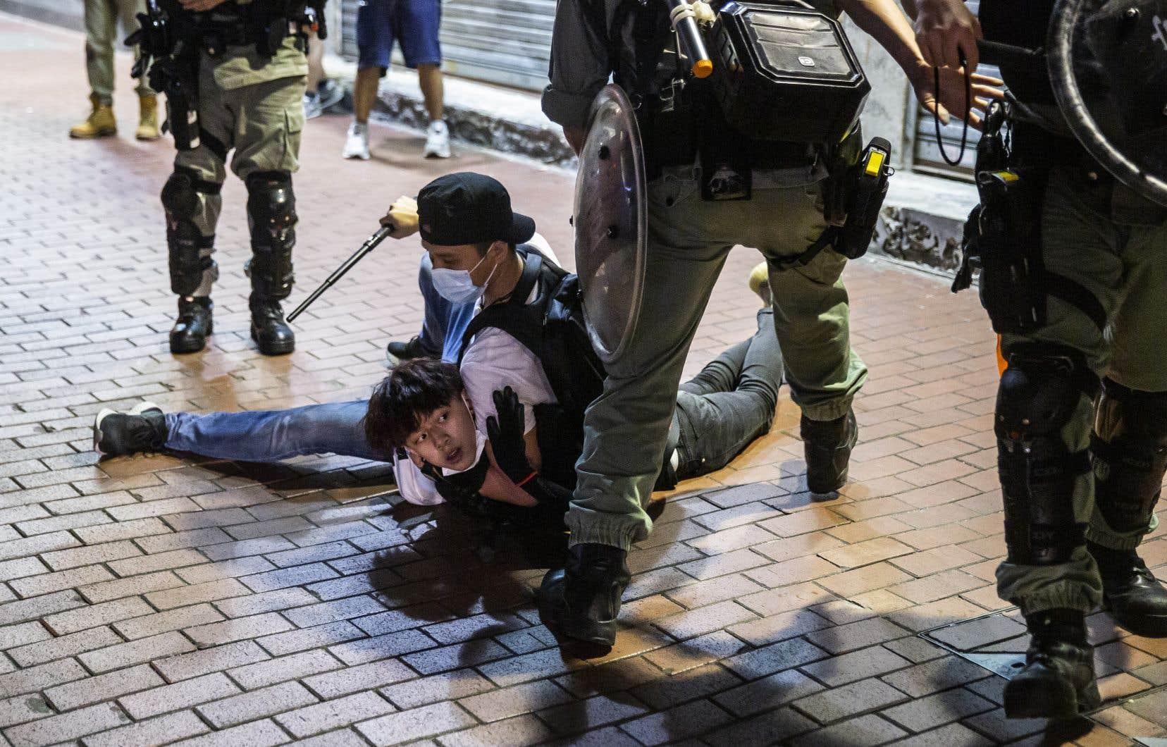 Des affrontements ont eu lieu dimanche soir dans les rues, la police faisant usage de matraques et de gaz au poivre.