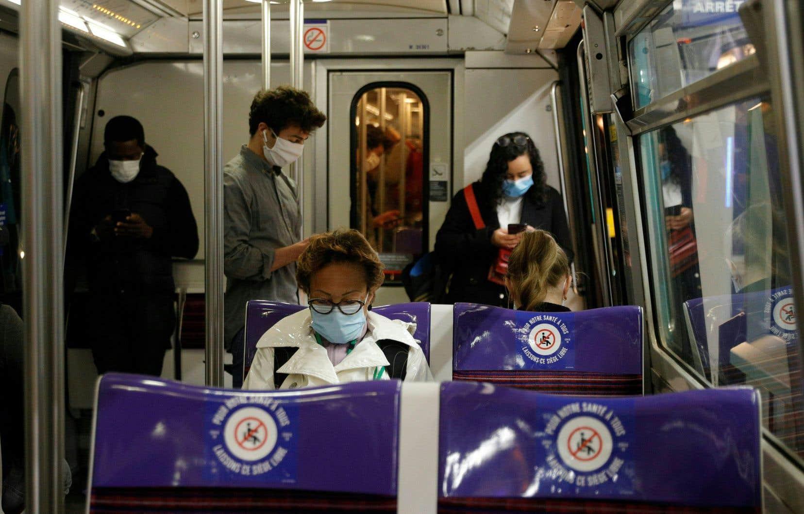 Dans le métro de Paris, l'heure de pointe se rapprochait de l'achalandage normal, lundi.