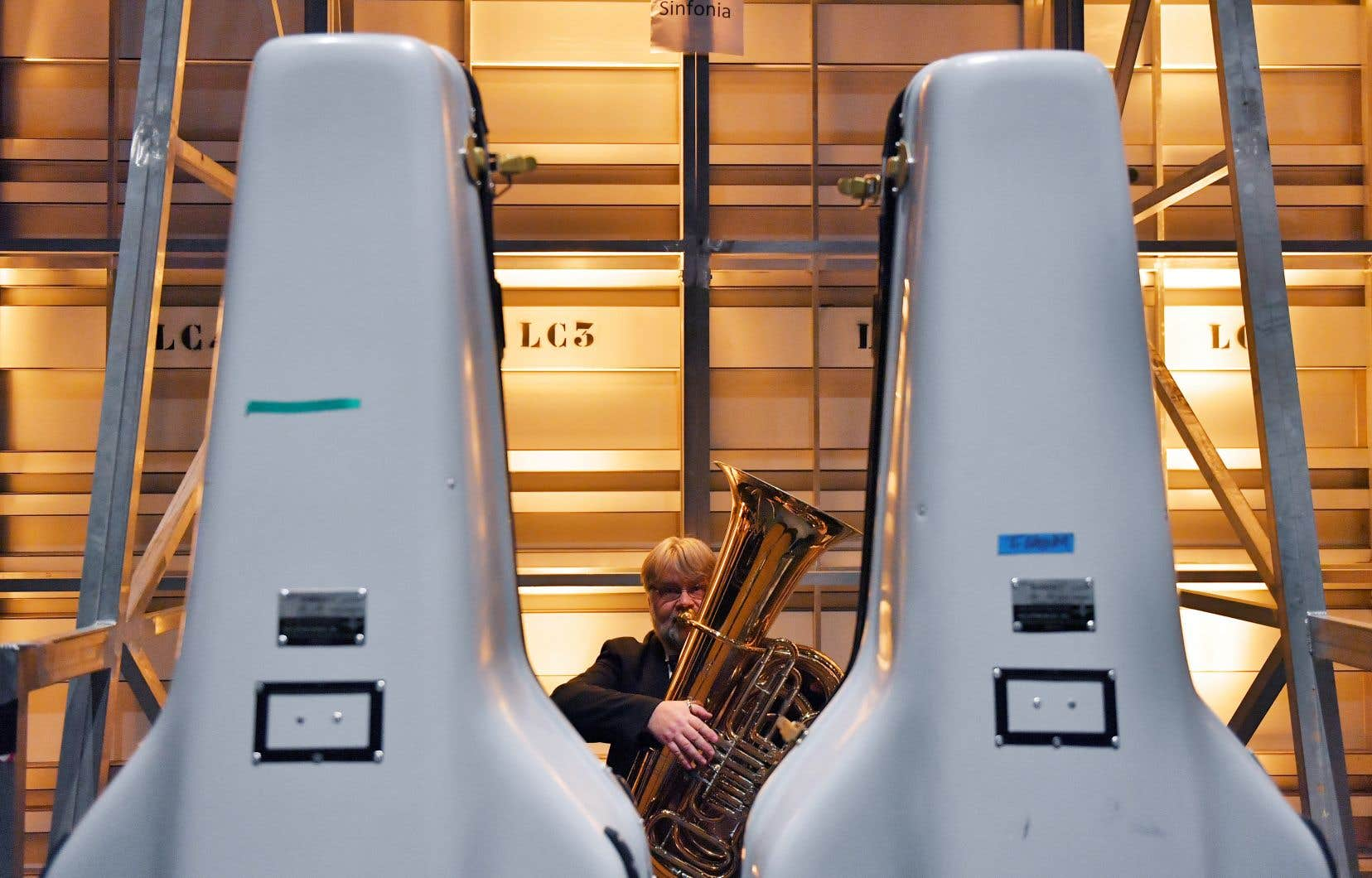 Un rapport berlinois préconise des distanciations différenciées selon les groupes d'instruments: 1,5 mètre entre les instrumentistes à cordes, percussionnistes, harpes et instruments à clavier, et 2 mètres pour les vents.