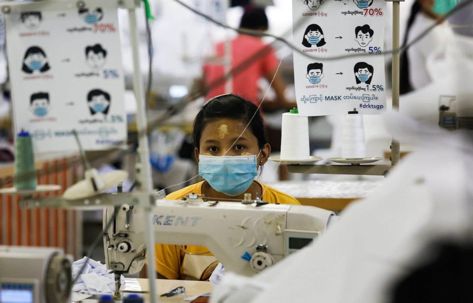 La demande mondiale de masques et de gants a provoqué une production accélérée dans les usines déjà existantes.