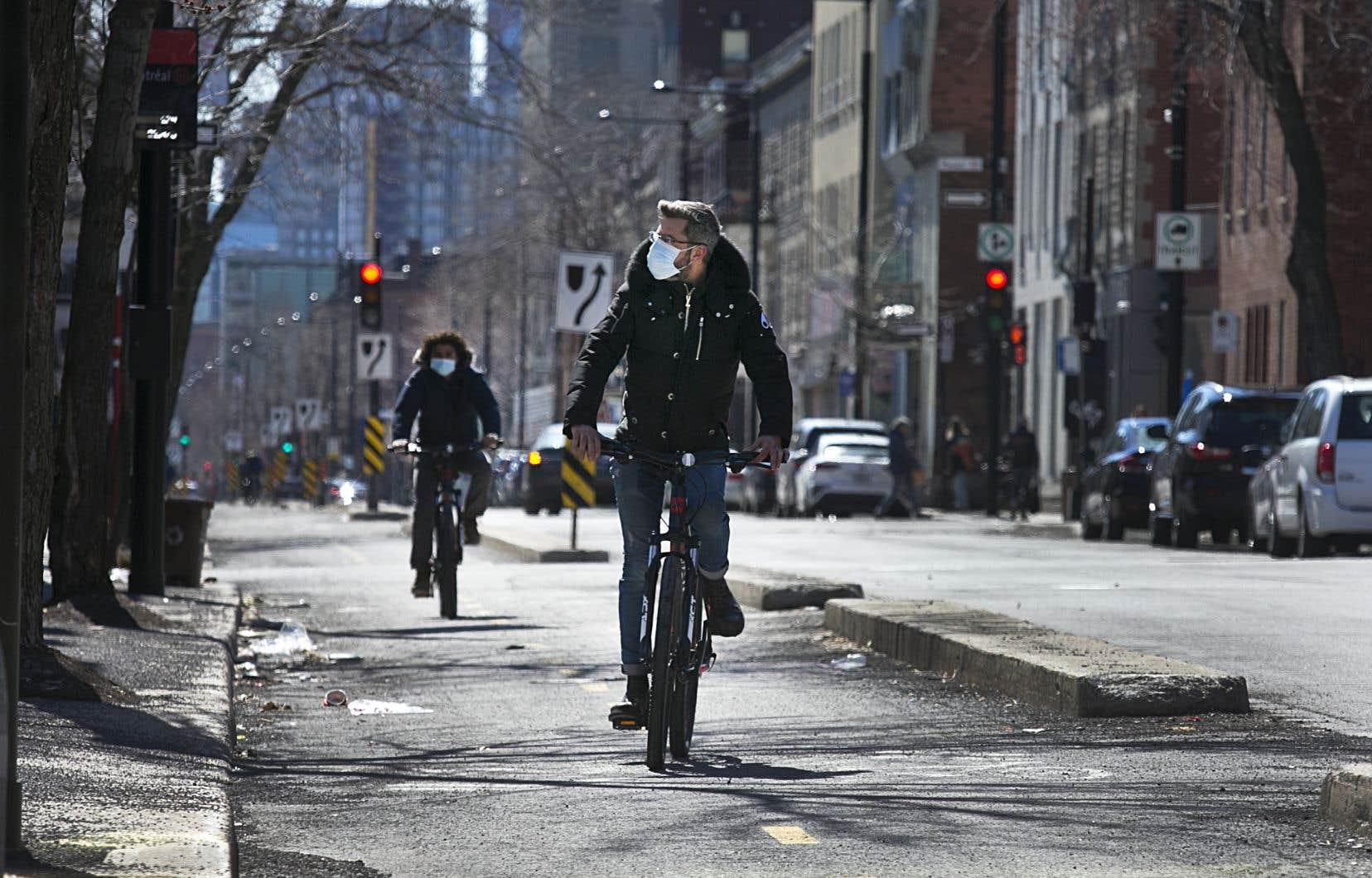 Dans la région de Montréal, 80% des répondants à un sondage sont en faveur que le gouvernement rende les masques obligatoires dans les commerces.