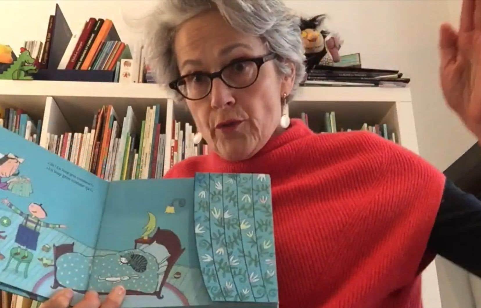 La page Facebook consacrée au manifeste «On a tous besoin d'histoires» regorge de ressources. Ici, Barbara, de l'équipe de la bibliothèque de Westmount, raconte «Un loup grand comme ça» de Natalie Louis-Lucas et Kristien Aertssen (Éditions Pastel).